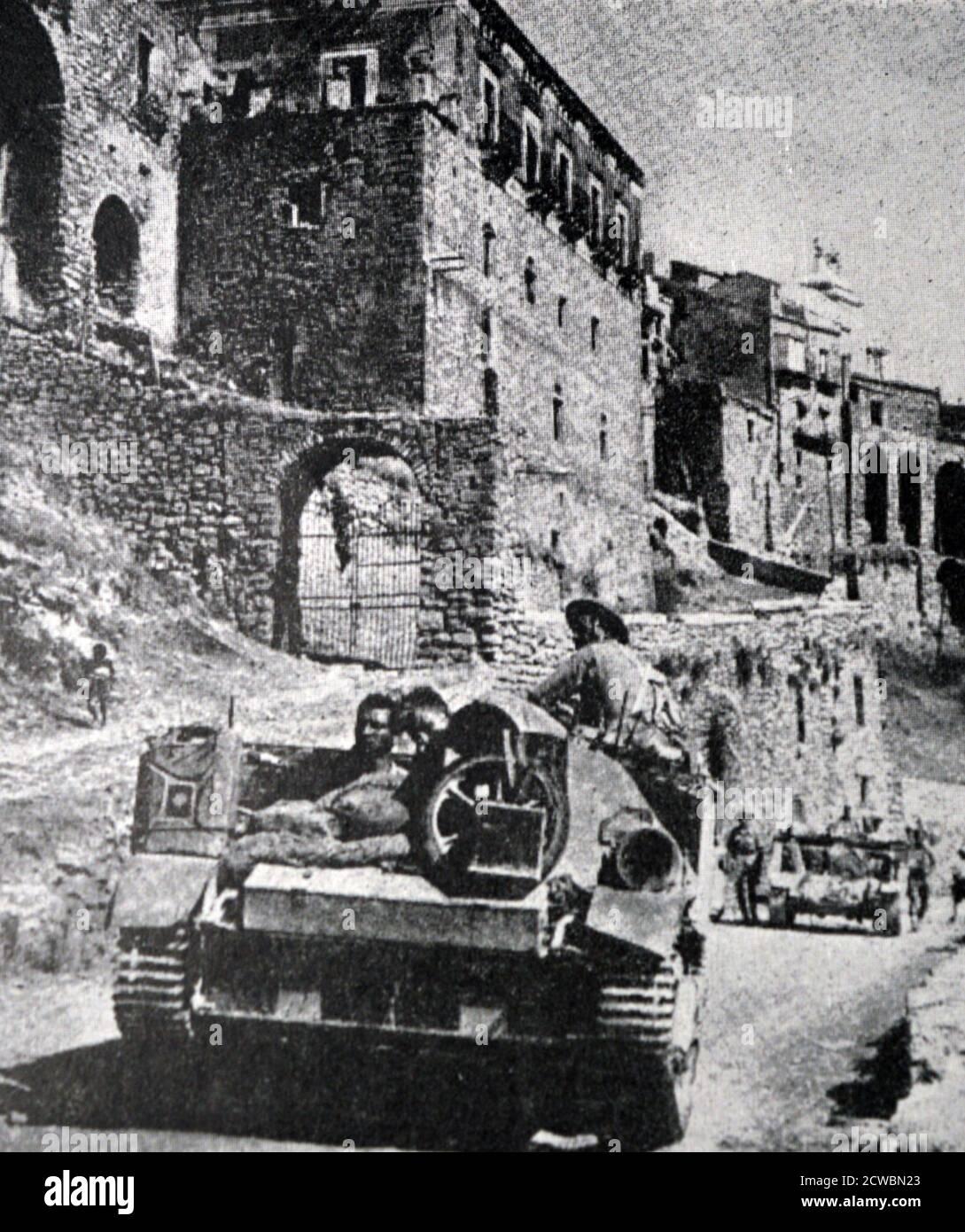 Photographie en noir et blanc de la Seconde Guerre mondiale (1939-1945) montrant des chars britanniques entrant dans Messine, où ils ont Uni leurs forces avec les troupes américaines le 17 août 1943. Banque D'Images
