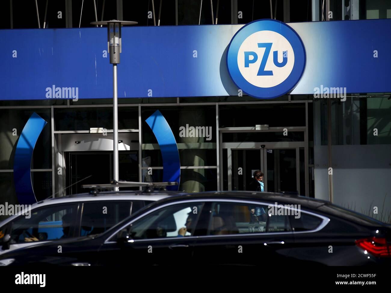 Les gens marchent devant le siège du PZU à Varsovie le 30 mars 2015. Le chef du plus grand assureur de Pologne, PZU, a déclaré lundi que son entreprise se penchera sur la vente prévue de la banque n°7 du pays, Raiffeisen Polbank, qui a été mise en vente par son propriétaire autrichien, Raiffeisen Bank International. REUTERS/Kacper Pempel Banque D'Images