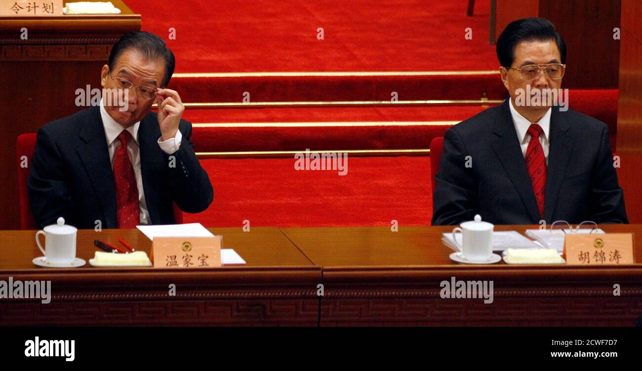 China's President Hu Jintao (R) sits next to Premier Wen Jiabao during the closing ceremony of the Chinese People's Political Consultative Conference (CPPCC) in the Great Hall of the People in Beijing March 13, 2011.      REUTERS/David Gray    (CHINA - Tags: POLITICS) Banque D'Images