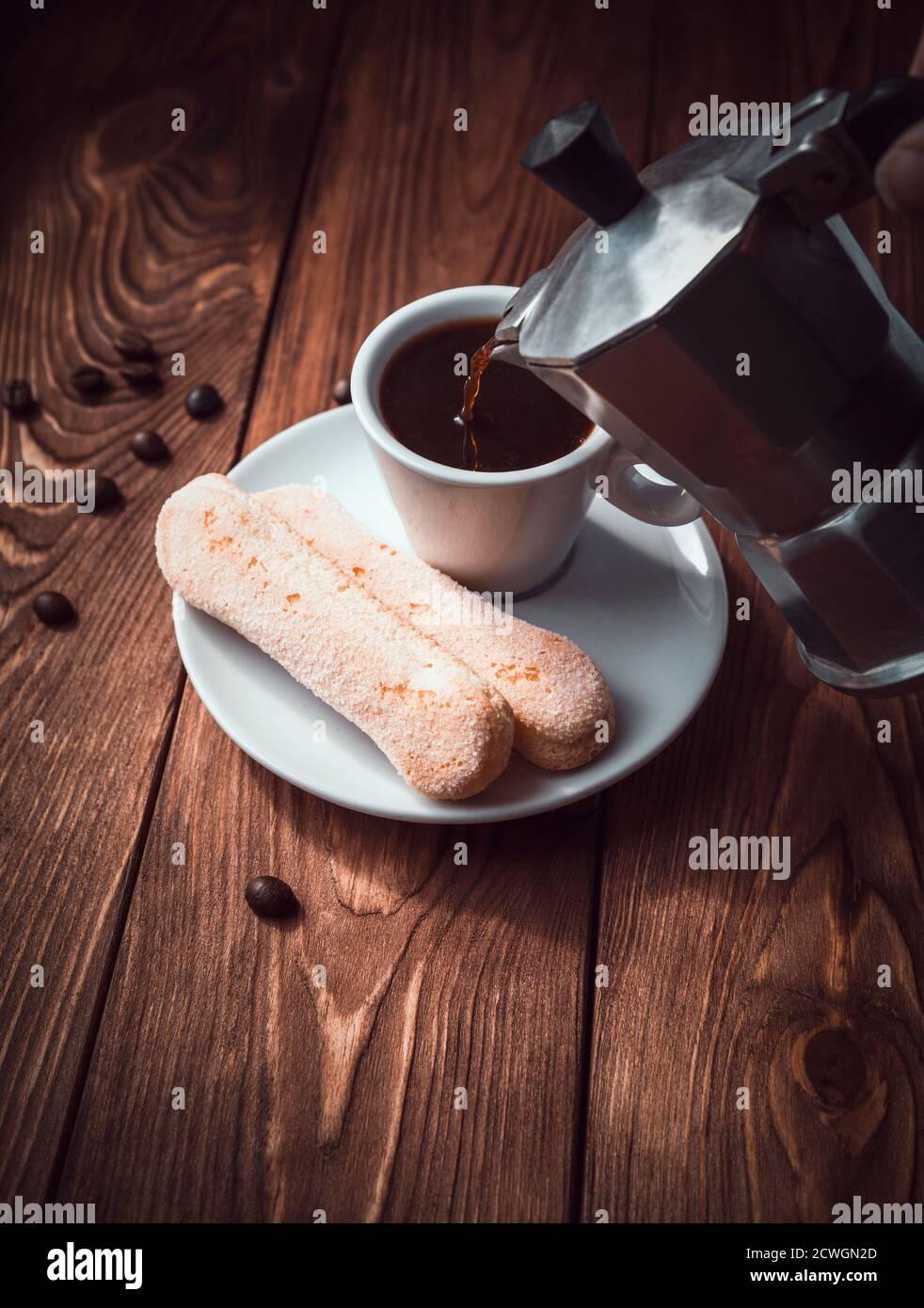 Pouring coffee pot de café italien Banque D'Images