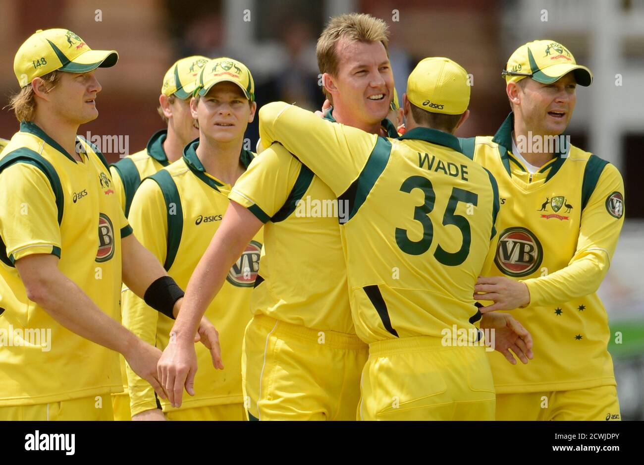 Australia's Brett Lee (4th L) is congratulated by team-mates including Michael Clarke (right) after dismissing England's Ian Bell during the first one-day international at Lord's cricket ground in London June 29, 2012.   REUTERS/Philip Brown (BRITAIN - Tags: SPORT CRICKET) Banque D'Images
