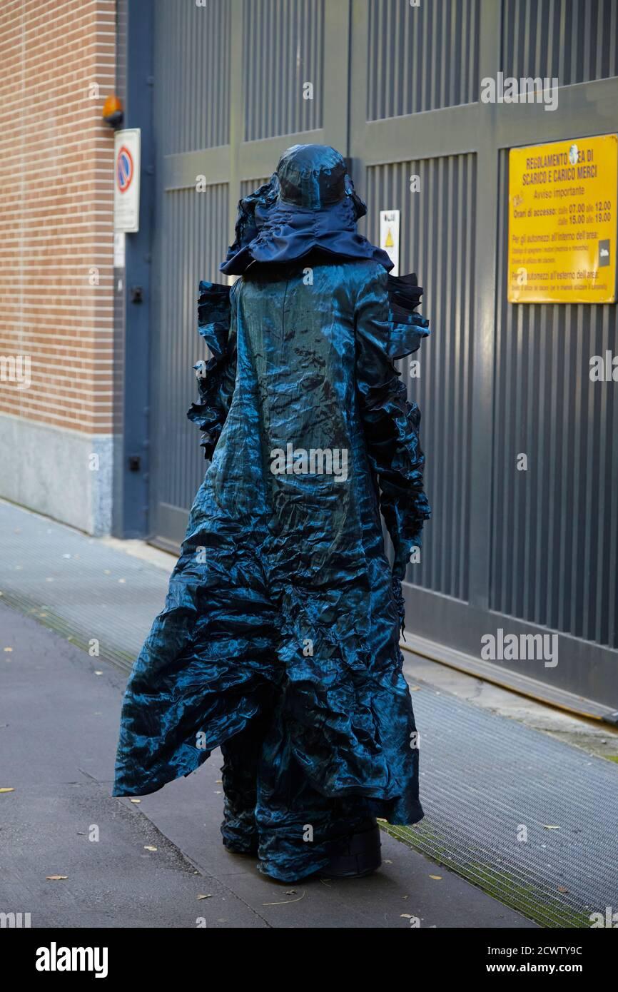 MILAN, ITALIE - 23 SEPTEMBRE 2020 : femme avec une longue robe bleue avec chapeau avant le spectacle de mode Fendi, Milan Fashion week Street style Banque D'Images