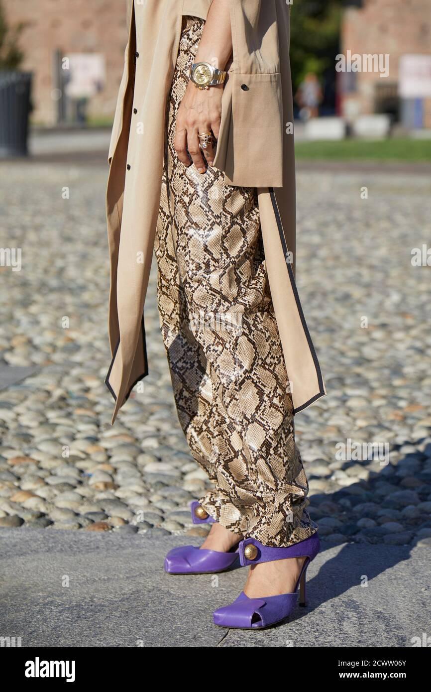 MILAN, ITALIE - 23 SEPTEMBRE 2020 : femme avec montre Rolex Daytona, pantalon en cuir de serpent et chaussures à talons hauts violets avant Alberta Ferretti mode s. Banque D'Images