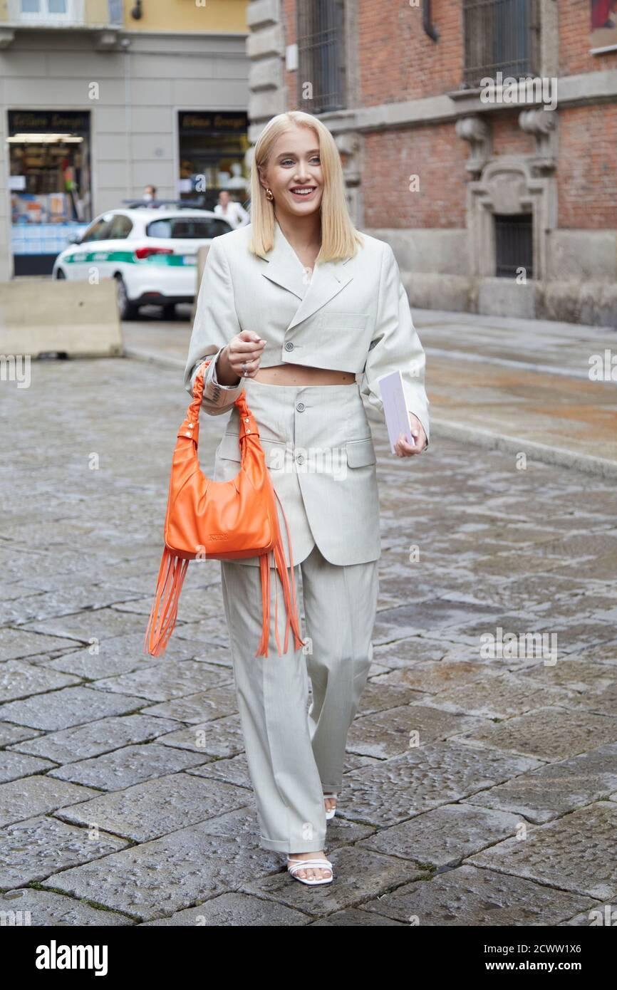 MILAN, ITALIE - 24 SEPTEMBRE 2020 : femme avec veste gris clair, pantalon et sac en cuir orange avant le spectacle de mode Max Mara, Milan Fashion week stre Banque D'Images