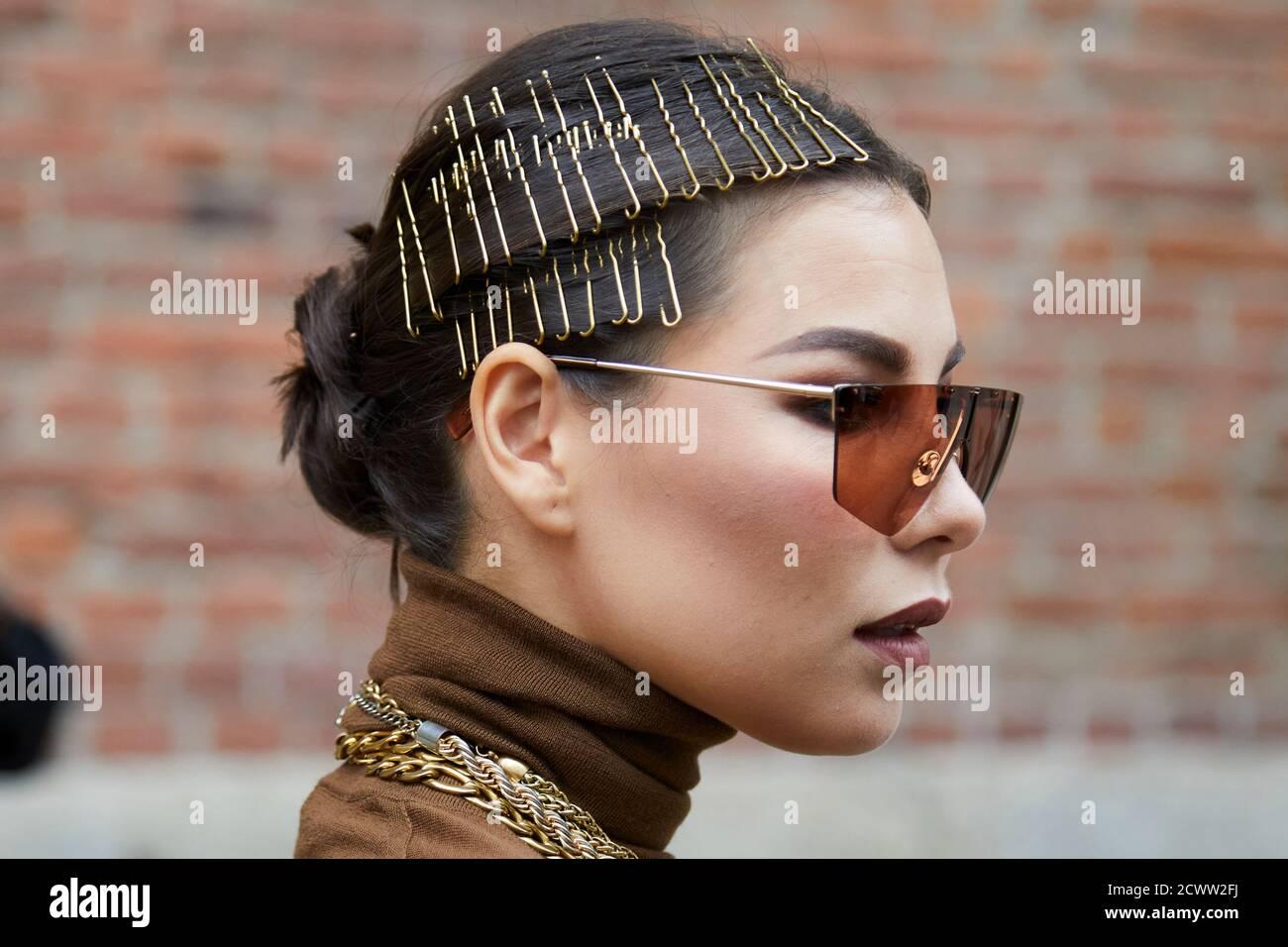 MILAN, ITALIE - 24 SEPTEMBRE 2020: Femme avec la coiffure avec des agrafes de cheveux d'or avant Max Mara défilé de mode, Milan Fashion week Street style Banque D'Images