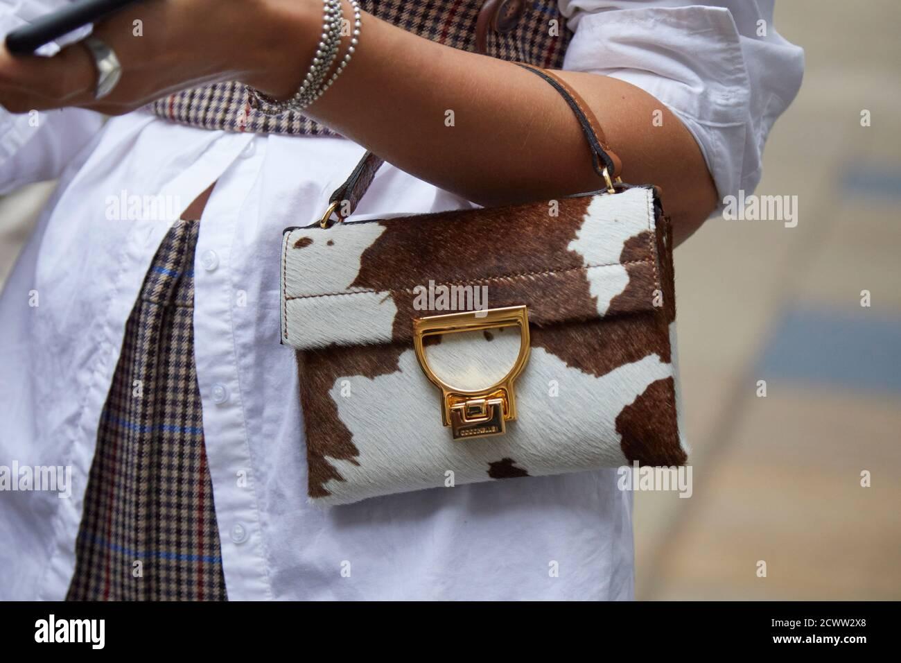 MILAN, ITALIE - 24 SEPTEMBRE 2020: Femme avec sac Coccinelle en fourrure marron et blanche avant le spectacle de mode Max Mara, Milan Fashion week Street style Banque D'Images