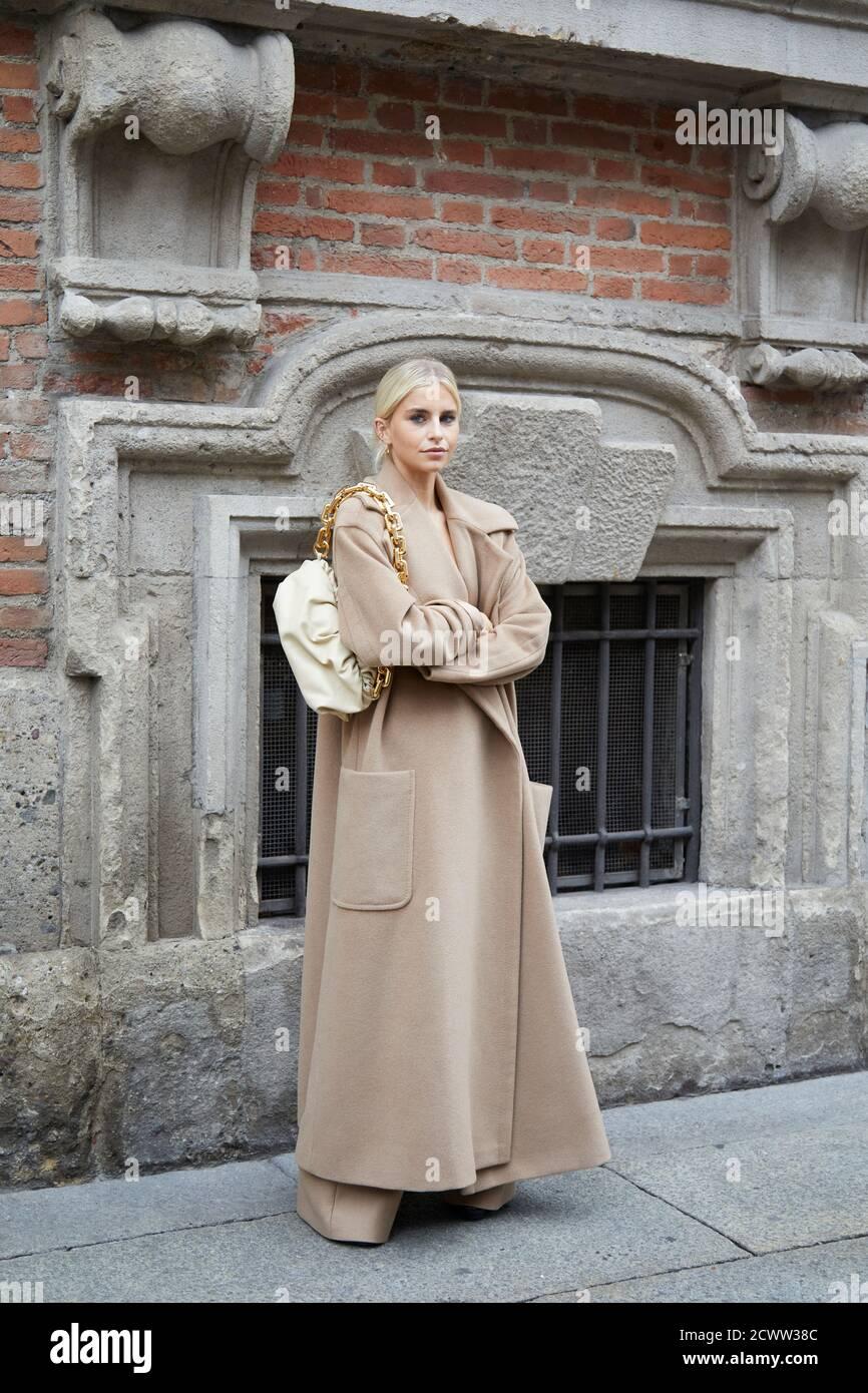 MILAN, ITALIE - 24 SEPTEMBRE 2020 : Caroline Daur avant le spectacle de mode Max Mara, Milan Fashion week Street style Banque D'Images