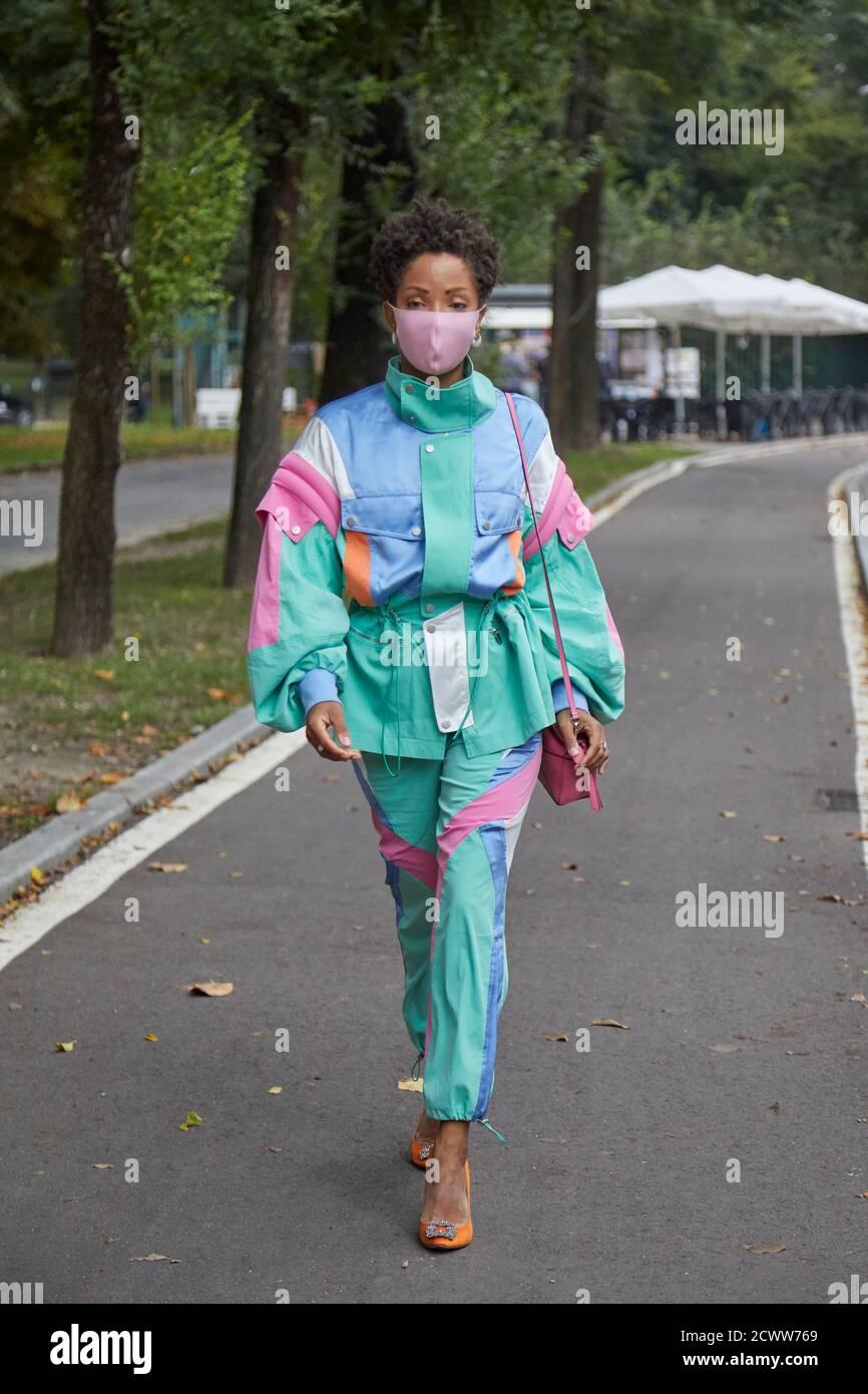 MILAN, ITALIE - 25 SEPTEMBRE 2020: Femme avant le spectacle de mode Sportmax, Milan Fashion week Street style Banque D'Images
