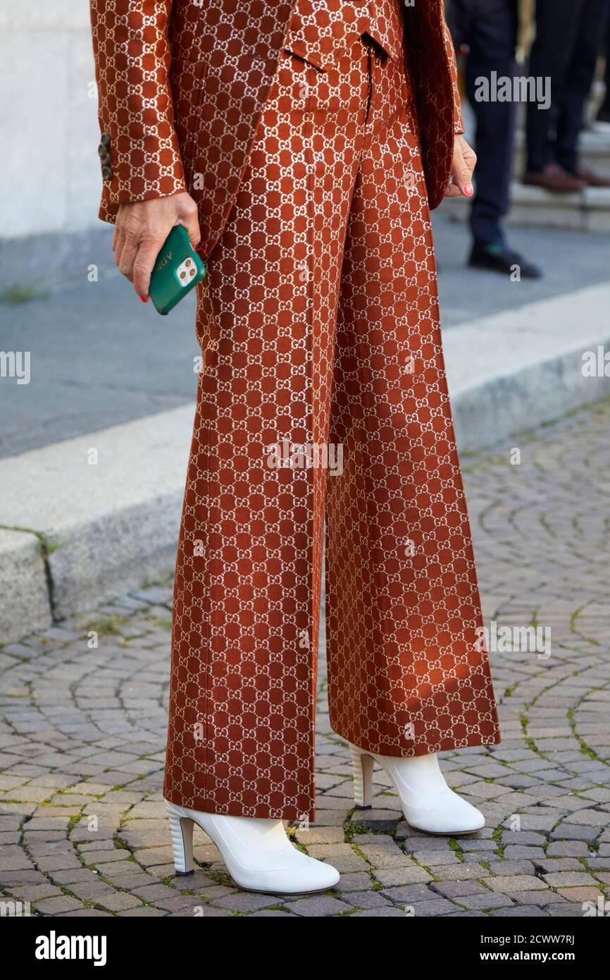 MILAN, ITALIE - 26 SEPTEMBRE 2020: Femme avec pantalon Gucci marron et doré avant le spectacle de mode ports 1961, Milan Fashion week Street style Banque D'Images