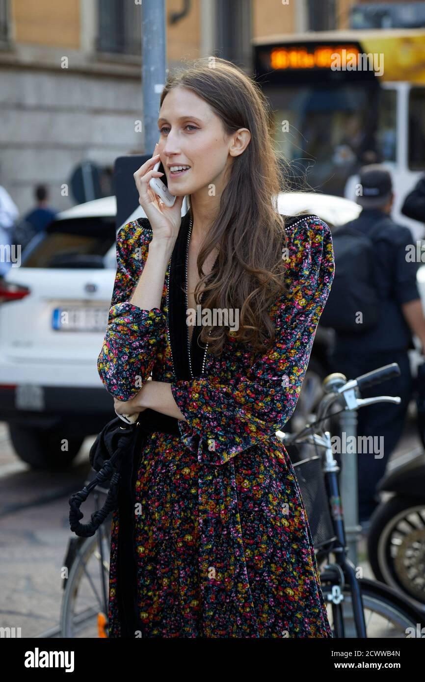 MILAN, ITALIE - 26 SEPTEMBRE 2020 : Anna Cleveland avant le spectacle de mode Philosophie, Milan Fashion week Street style Banque D'Images