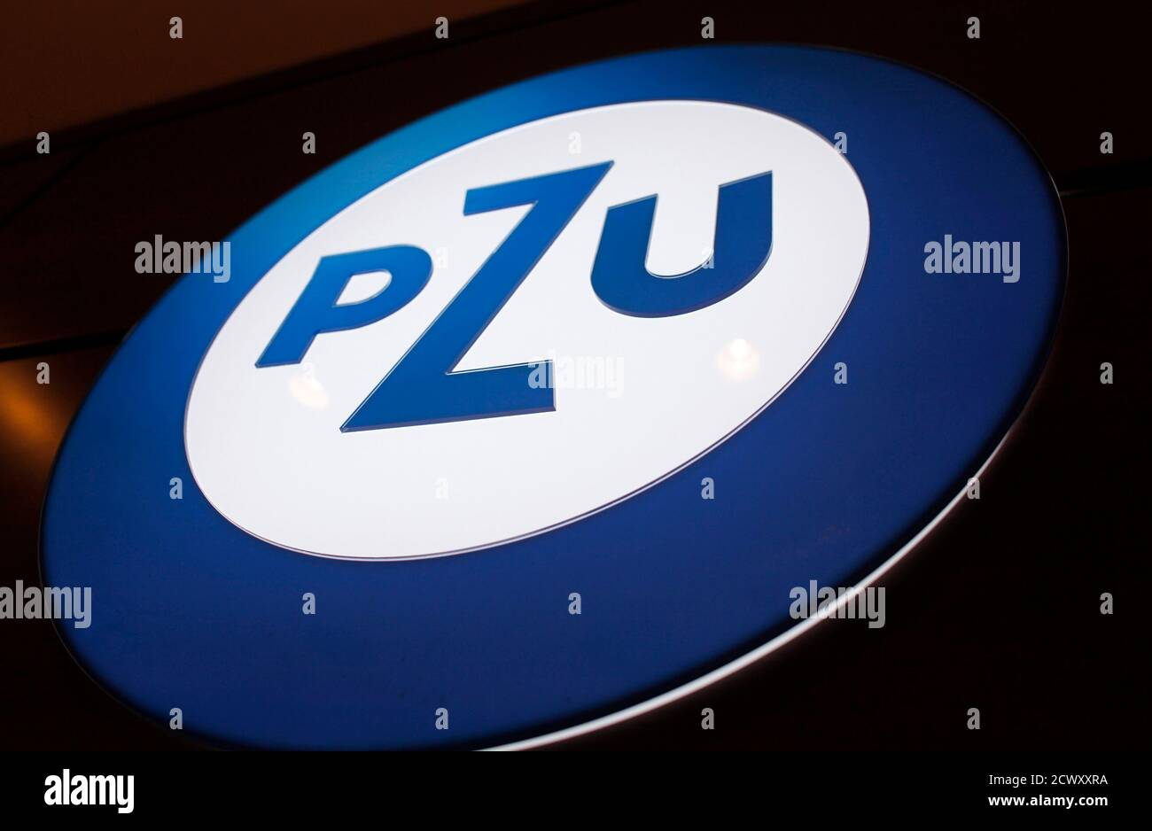 The logo of Eastern Europe's biggest listed insurer PZU is seen in Warsaw November 14, 2012. PZU expects its net profit in the final three months of the year to be below 1.12 billion zlotys ($340.9 million) it earned in the third quarter, CEO Andrzej Klesyk said on Wednesday.  REUTERS/Peter Andrews (POLAND - Tags: BUSINESS LOGO) Banque D'Images