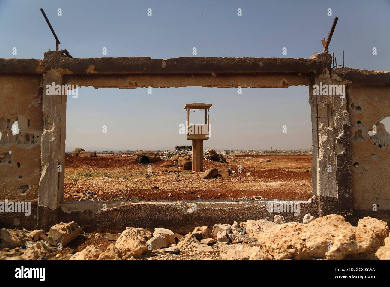 A damaged wall, part of the Menagh airport that is controlled by rebels, is seen in the Aleppo Countryside May 31, 2014. REUTERS/Hamid Khatib (SYRIA - Tags: POLITICS CIVIL UNREST) Banque D'Images