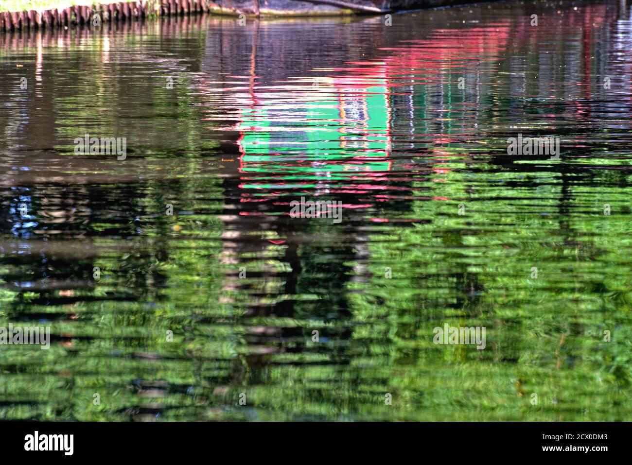 Formes abstraites créées par les réflexions de peinture brillante étroite bateau dans l'eau Banque D'Images