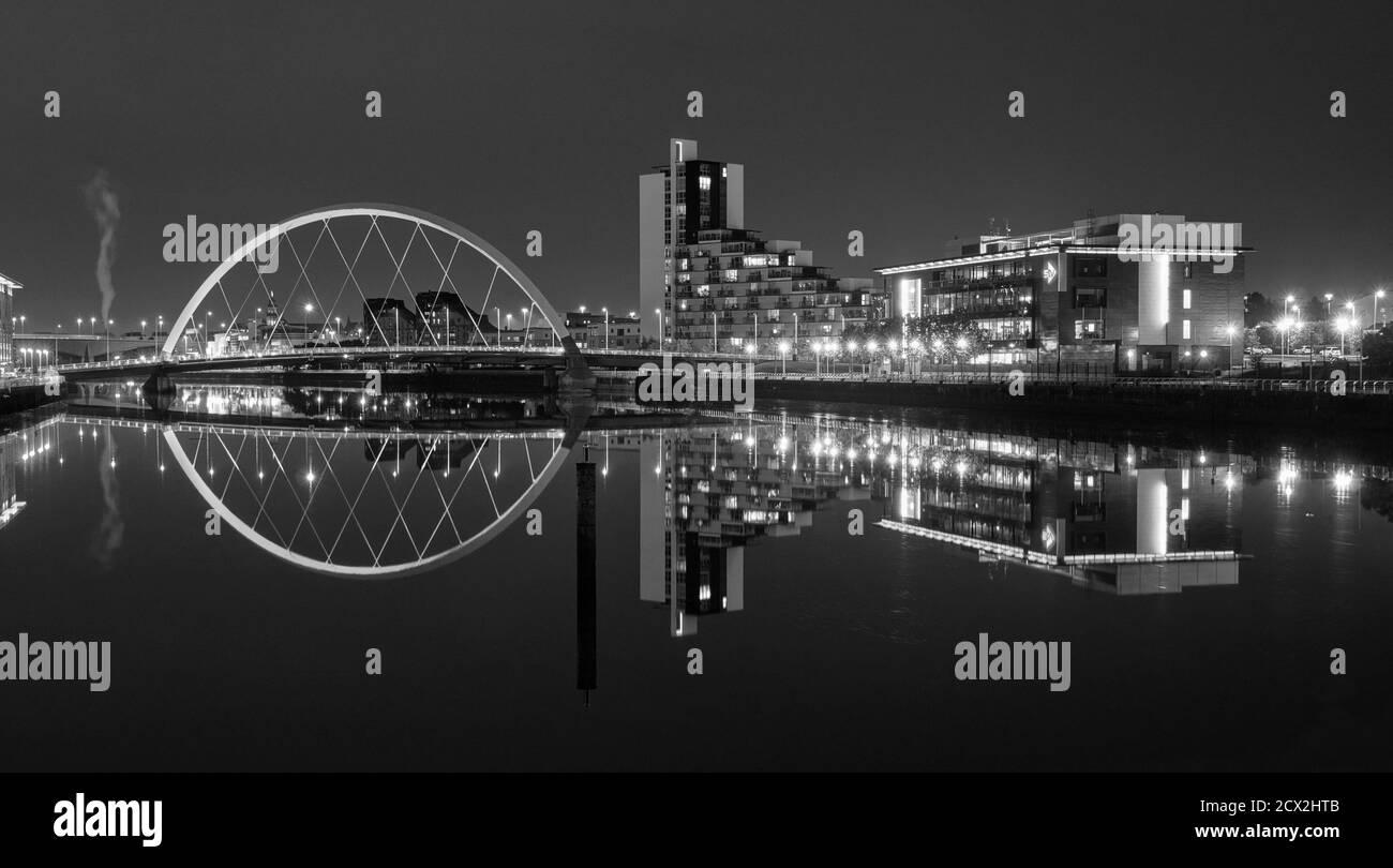 L'architecture moderne contemporaine de Glasgow se reflète dans la rivière Clyde sur une nuit claire Banque D'Images