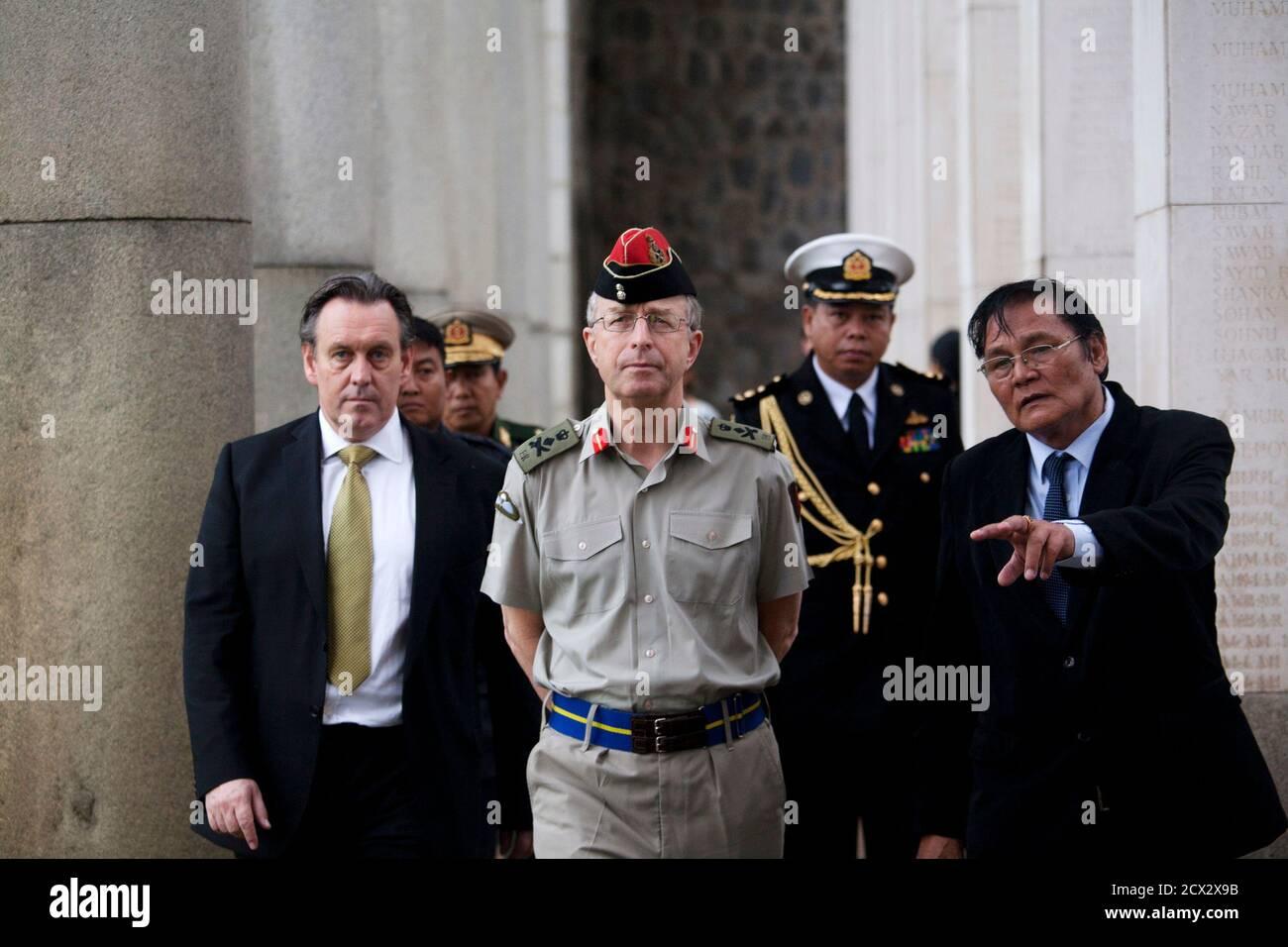 Le chef d'état-major de la Défense britannique, le général David Richards (C), visite le cimetière de guerre de Taukkyan à la périphérie de Yangon, le 4 juin 2013. Le cimetière est un monument commémoratif pour les soldats du Commonwealth qui sont morts en Birmanie, aujourd'hui connu sous le nom de Myanmar, pendant la deuxième Guerre mondiale. REUTERS/Minzayar (MYANMAR - Tags: CONFLIT POLITIQUE MILITAIRE) Banque D'Images