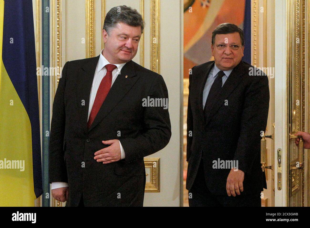 "Ukrainian President Petro Poroshenko (L) and outgoing European Commission President Jose Manuel Barroso enter a room before their meeting in Kiev, September 12, 2014. Poroshenko said on Friday there could be no military solution to his country's crisis and said he hoped ""a very fragile"" ceasefire in the east would hold, allowing him to focus on rebuilding the shattered economy. REUTERS/Valentyn Ogirenko (UKRAINE  - Tags: POLITICS CIVIL UNREST CONFLICT) Banque D'Images"