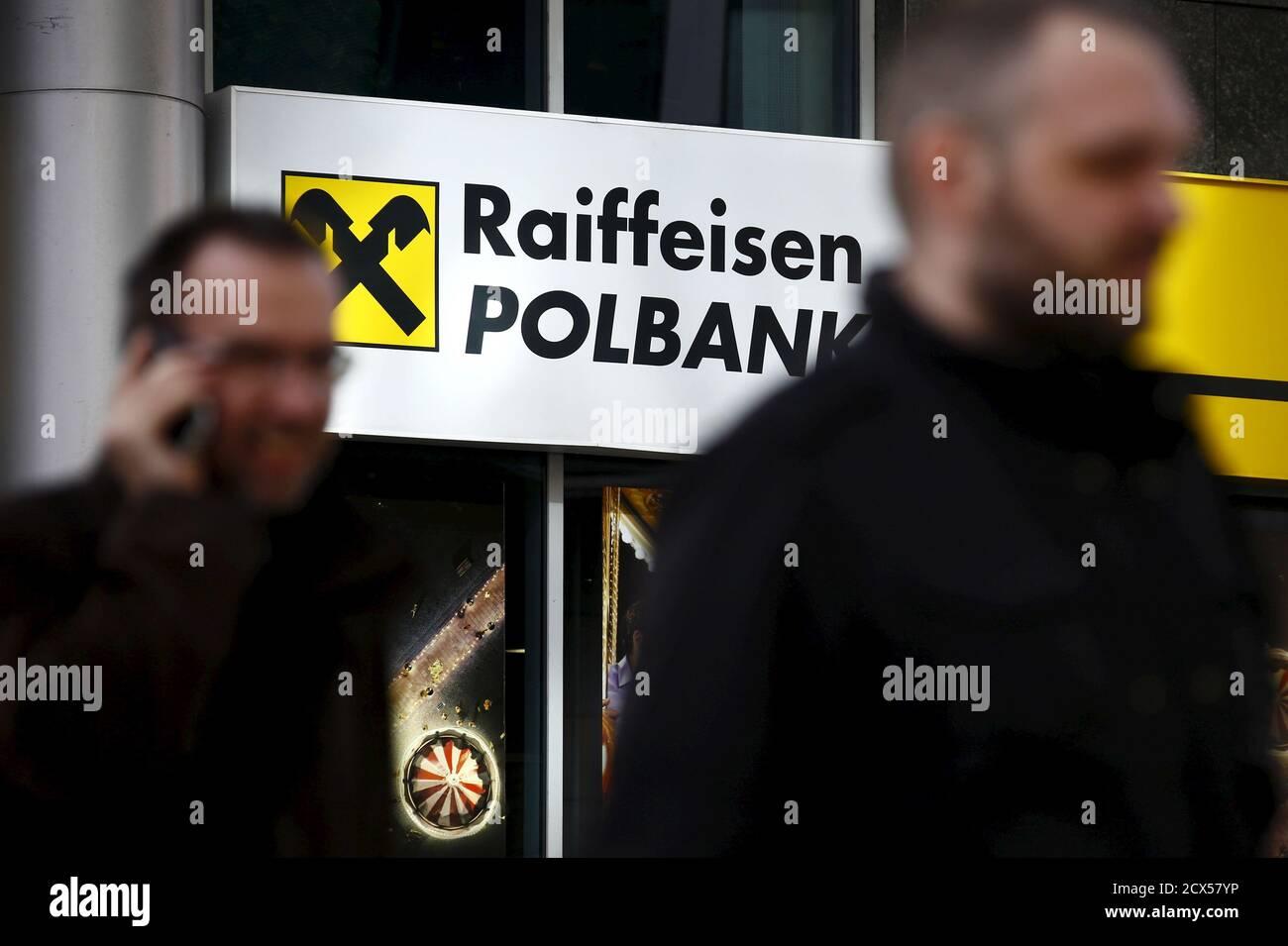 Des hommes marchent devant le siège de Raiffeisen Polbank à Varsovie le 30 mars 2015. Le chef du plus grand assureur de Pologne, PZU, a déclaré lundi que son entreprise se penchera sur la vente prévue de la banque n°7 du pays, Raiffeisen Polbank, qui a été mise en vente par son propriétaire autrichien, Raiffeisen Bank International. REUTERS/Kacper Pempel Banque D'Images