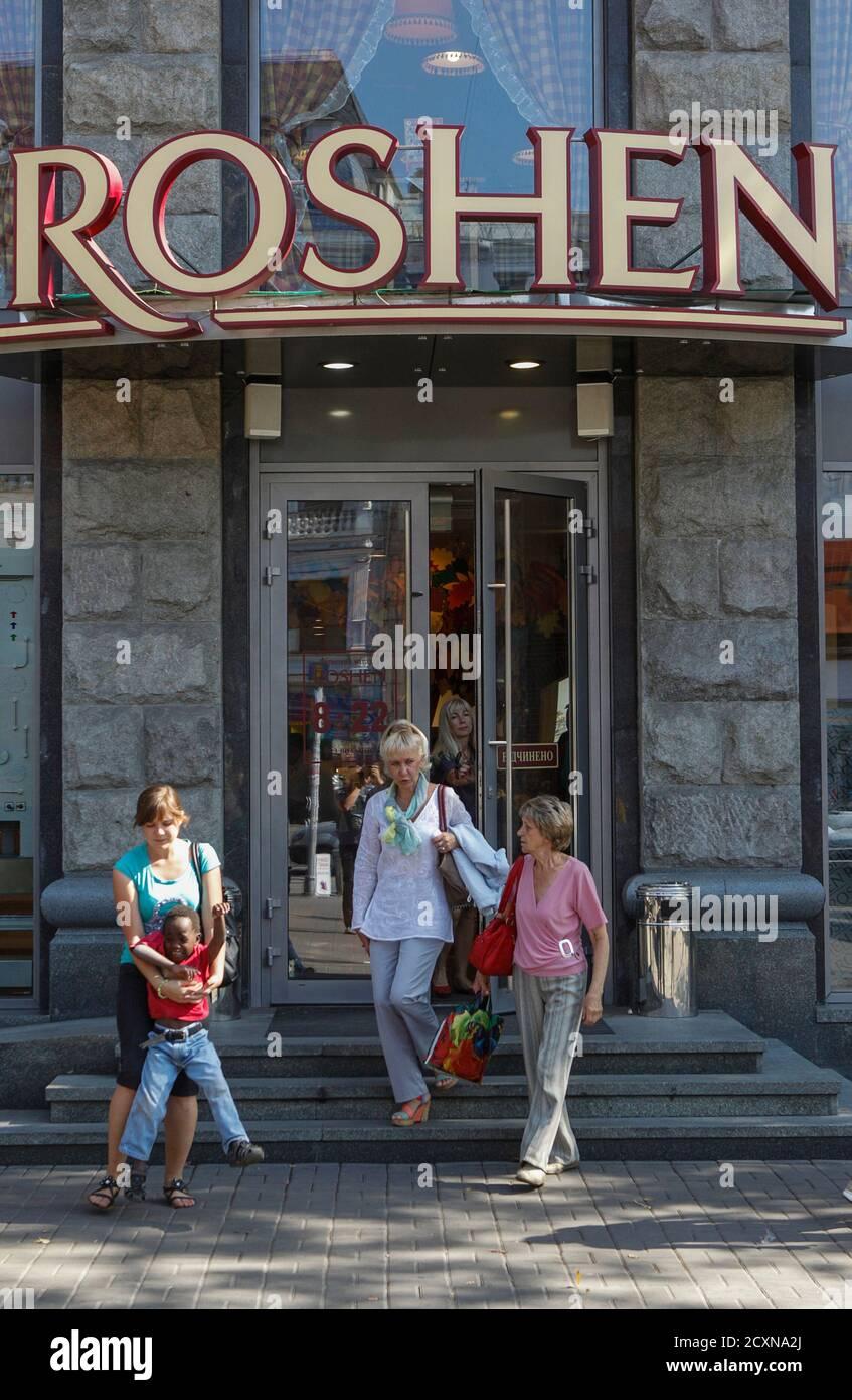 People walk out of a Roshen Confectionery Corporation store in Kiev, September 12, 2014. REUTERS/Valentyn Ogirenko (UKRAINE - Tags: BUSINESS POLITICS FOOD) Banque D'Images