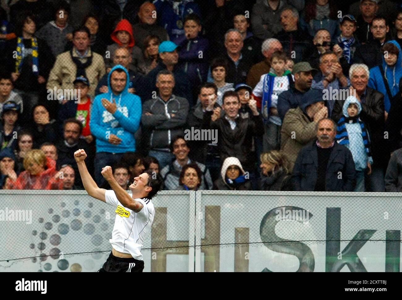 Igor Buden de Cesena célèbre après avoir obtenu des scores contre l'Inter Milan lors de leur match de football de la série italienne au stade Manuzzi de Cesena le 30 avril 2011. REUTERS/Alessandro Garofalo (ITALIE SPORT - Tags: SPORT FOOTBALL) Banque D'Images
