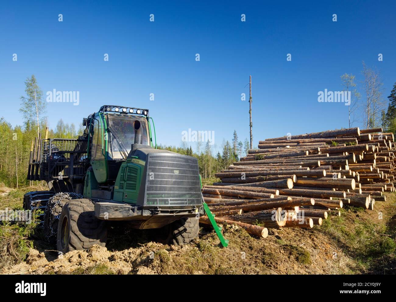 Le transitaire john Deere 1510e sur le site d'exploitation forestière , Finlande Banque D'Images