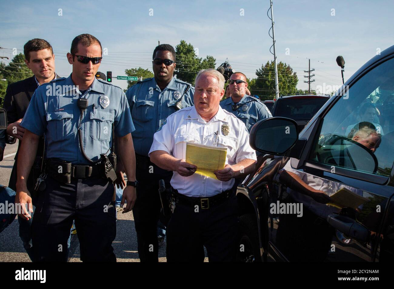 Ferguson Police Chief Thomas Jackson departs after announcing the name of the officer involved in the shooting of Michael Brown as officer Darren Wilson, in Ferguson, Missouri August 15, 2014. The briefing was held near a QuikTrip convenience store that had been burned amid protests over the shooting of Brown, 18, last Saturday. REUTERS/Lucas Jackson (UNITED STATES - Tags: CIVIL UNREST CRIME LAW) Banque D'Images