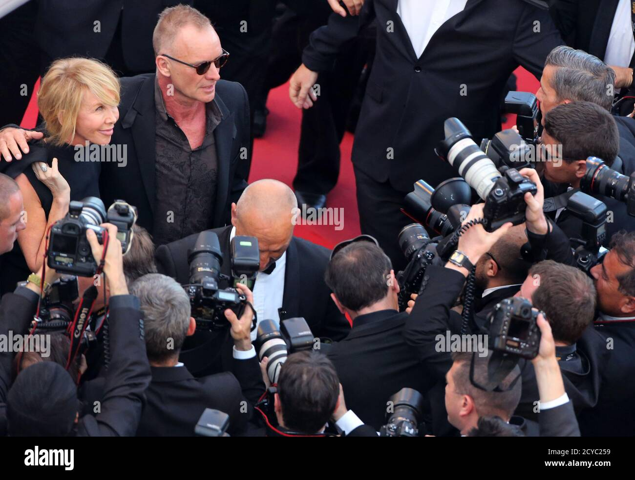 "Singer Sting and his wife British actress and producer Trudie Styler arrive on the red carpet for the film ""Mud"", in competition at the 65th Cannes Film Festival, May 26, 2012.            REUTERS/Loic Venance/Pool (FRANCE  - Tags: ENTERTAINMENT) Banque D'Images"