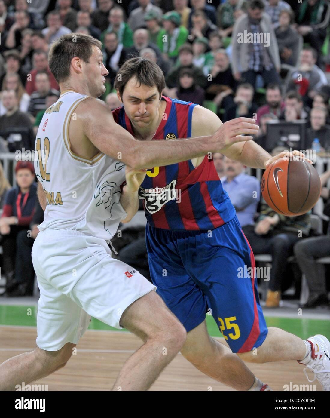 Goran Jagodnik of Union Olimpija  challenges Erazem Lorbek  (R) of Regal Barcelona during their men's Euroleague basketball group B game  in Ljubljana Janurary 27, 2011. REUTERS/ISrdjan Zivulovic (SLOVENIA - Tags: SPORT BASKETBALL) Banque D'Images
