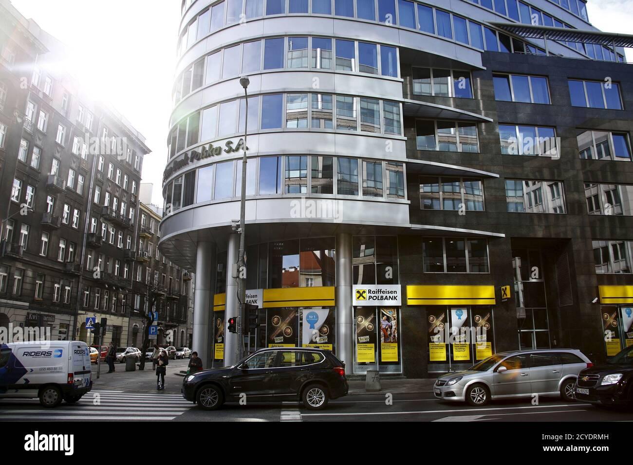 Les gens marchent devant le siège de Raiffeisen Polbank à Varsovie le 30 mars 2015. Le chef du plus grand assureur de Pologne, PZU, a déclaré lundi que son entreprise se penchera sur la vente prévue de la banque n°7 du pays, Raiffeisen Polbank, qui a été mise en vente par son propriétaire autrichien, Raiffeisen Bank International. REUTERS/Kacper Pempel Banque D'Images