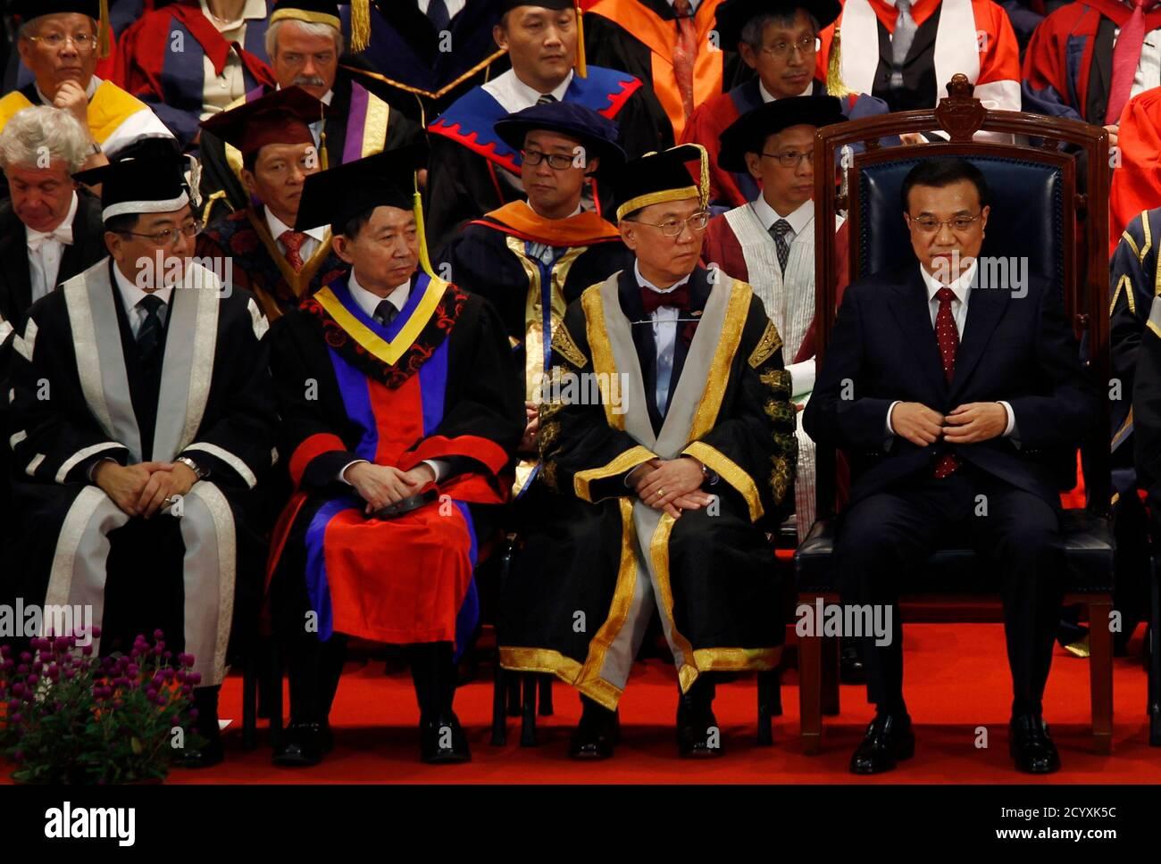 Le vice-premier ministre chinois Li Keqiang (R) siège à côté du chef de l'exécutif de Hong Kong Donald Tsang (2e R) et du vice-chancelier de l'Université de Hong Kong Tsui Lap-chee (L) lors de la cérémonie du centenaire de l'Université de Hong Kong le 18 août 2011. Porteur de cadeaux pour le peuple de Hong Kong, Li, qui a déclaré être le prochain Premier ministre de la Chine, courtise la bourgade financière du sud cette semaine dans un tour d'échauffement politique pour prendre le pouvoir du Premier ministre populaire Wen Jiabao. REUTERS/Bobby Yip (CHINE - Tags: ÉDUCATION POLITIQUE) Banque D'Images