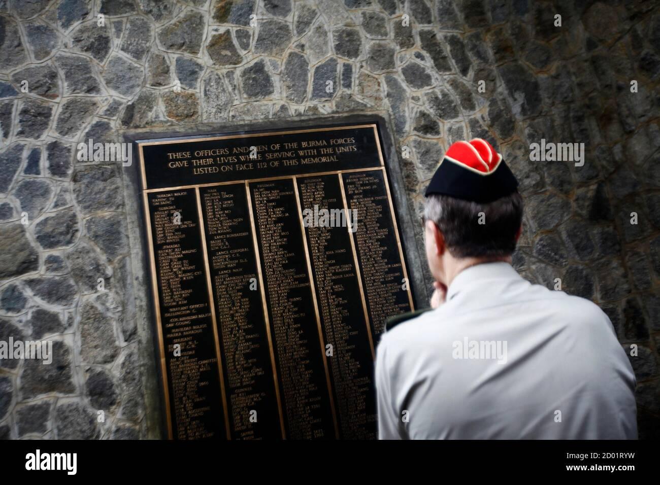 Le général David Richards, chef d'état-major de la Défense britannique, regarde une plaque commémorative portant les noms des soldats morts en Birmanie, actuellement connue sous le nom de Myanmar, pendant la deuxième Guerre mondiale, au cimetière de guerre de Taukkyan, à la périphérie de Yangon, le 4 juin 2013. REUTERS/Minzayar (MYANMAR - Tags: CONFLIT POLITIQUE MILITAIRE) Banque D'Images