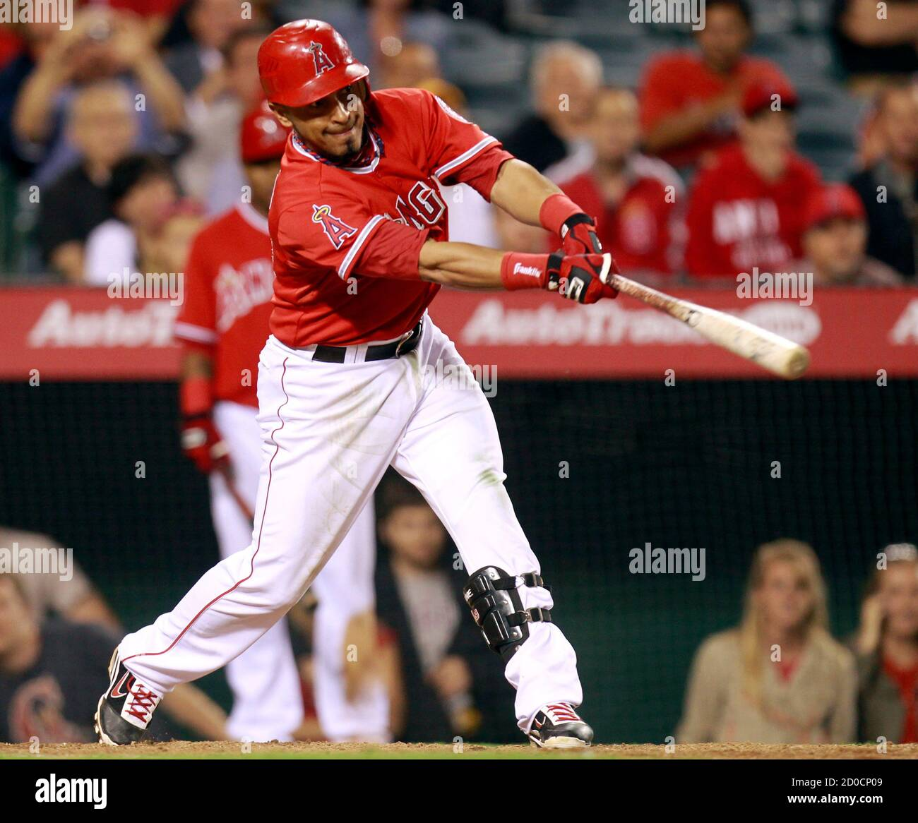 Los Angeles Angels Maicer Izturis hits the game-winning RBI single to score Alberto Callaspo against the Washington Nationals during the 10th inning of their MLB baseball game against the Los Angeles Angels in Anaheim, California June 27, 2011. REUTERS/Lucy Nicholson (UNITED STATES - Tags: SPORT BASEBALL) Banque D'Images