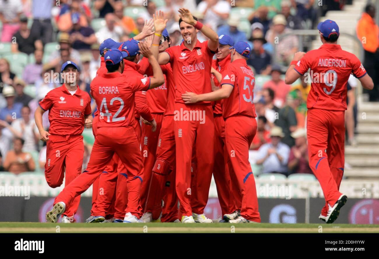 L'Angleterre Steven Finn (4e R) est félicité après avoir rejeté le Hashim Amla d'Afrique du Sud lors du match de demi-finale du Trophée des champions de l'ICC au terrain de cricket ovale à Londres le 19 juin 2013. REUTERS/Philip Brown (GRANDE-BRETAGNE - Tags: SPORT CRICKET) Banque D'Images