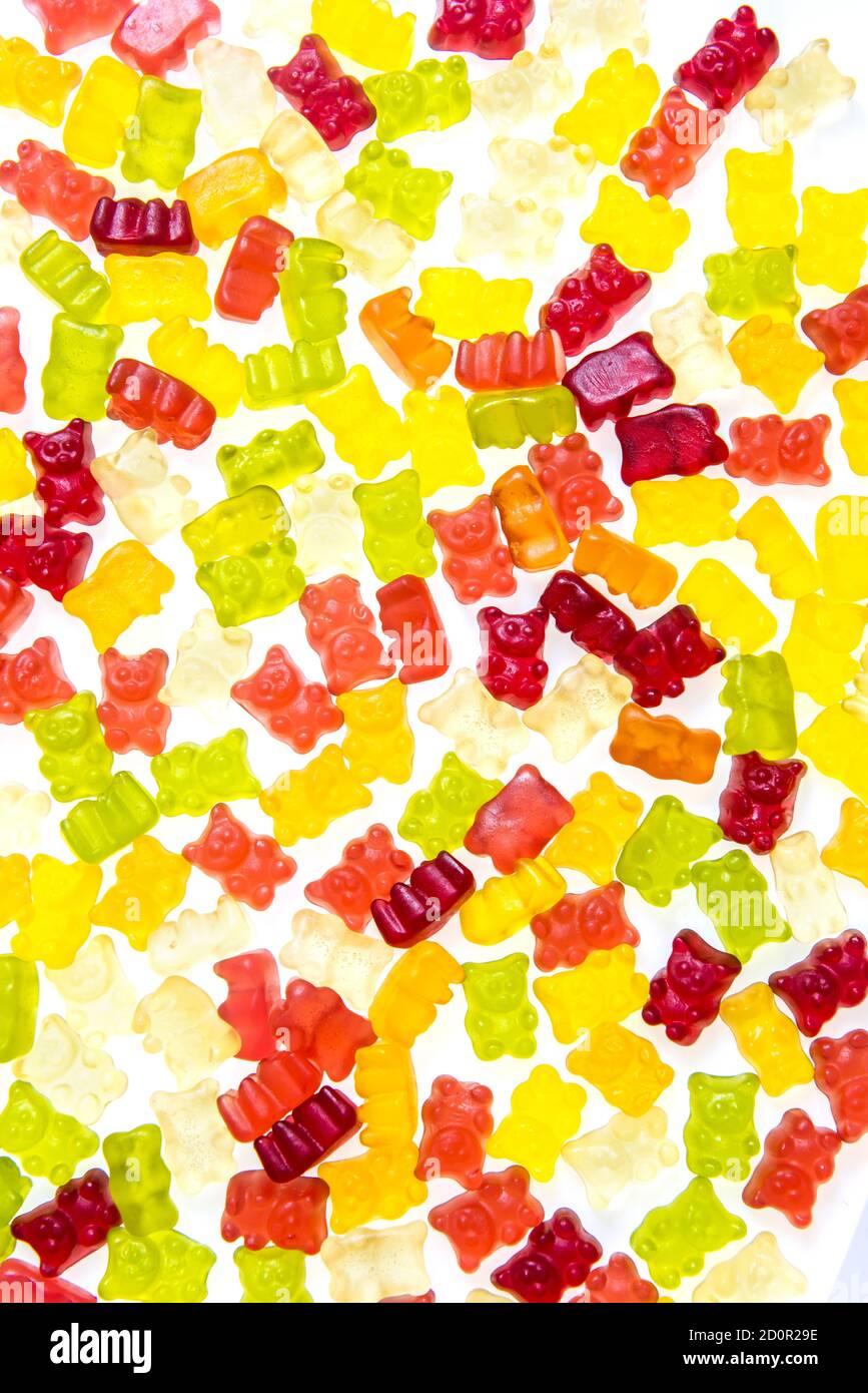 Tas de divers bonbons d'ours en gelée multicolores isolés sur un arrière-plan blanc Banque D'Images