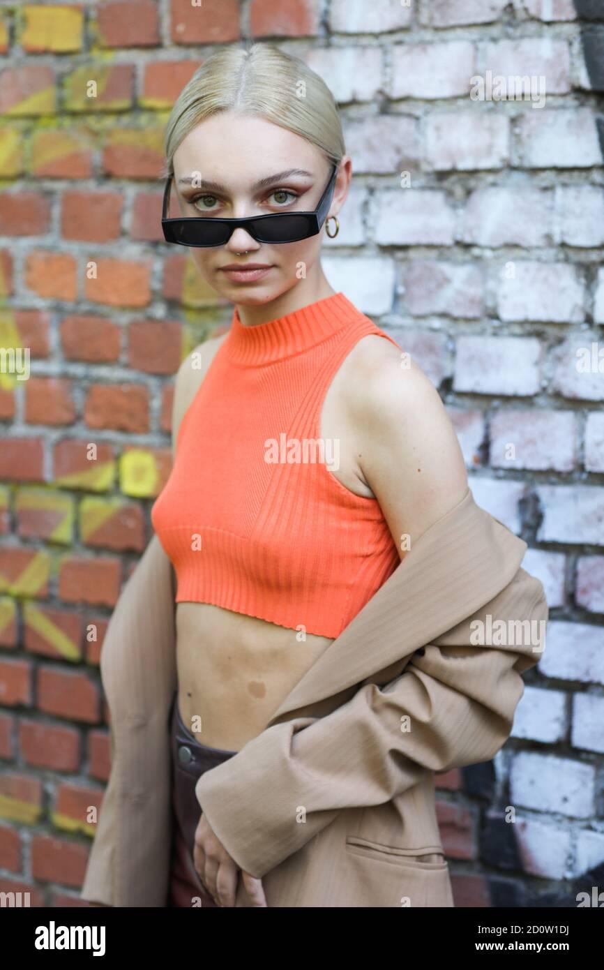 Milan, le 24 septembre 2020 : le modèle porte un haut orange et une veste marron Banque D'Images