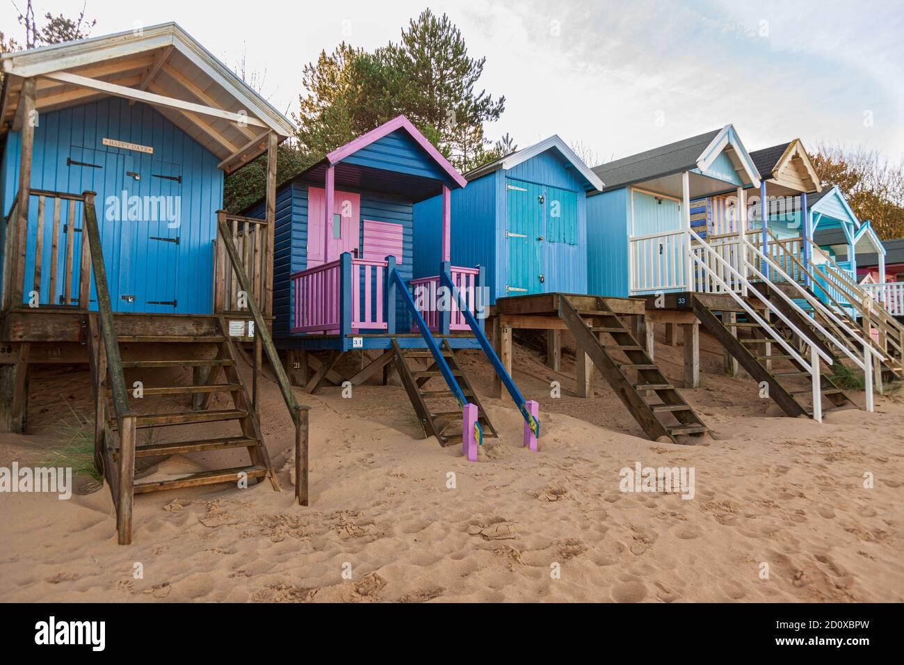 cabanes de plage et plage de sable à puits au bord de la mer sur la côte nord de norfolk royaume-uni hiver soleil angleterre Banque D'Images