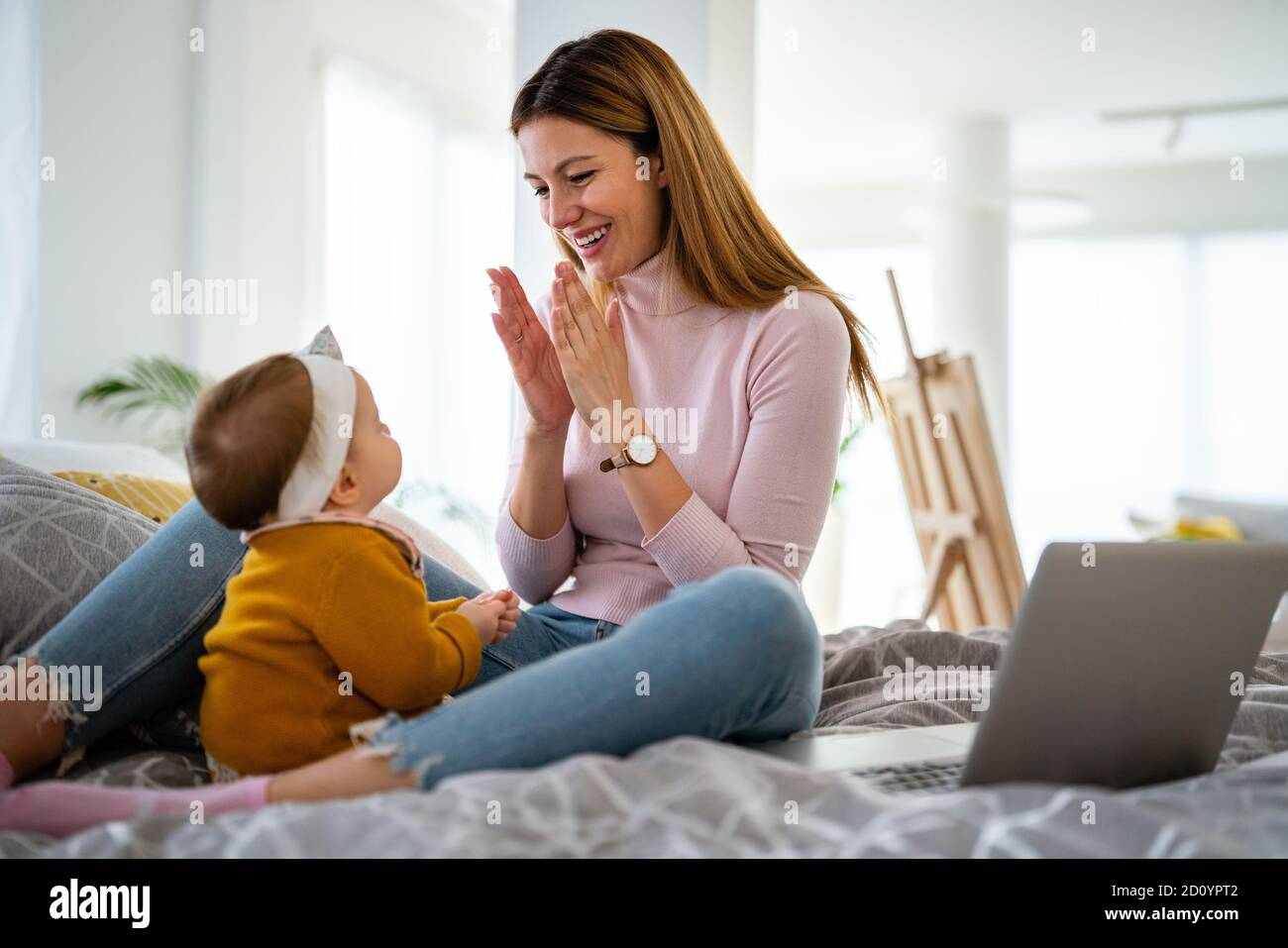 Mère et bébé fille joue, embrassant, embrassant à la maison. Bonne famille. Banque D'Images