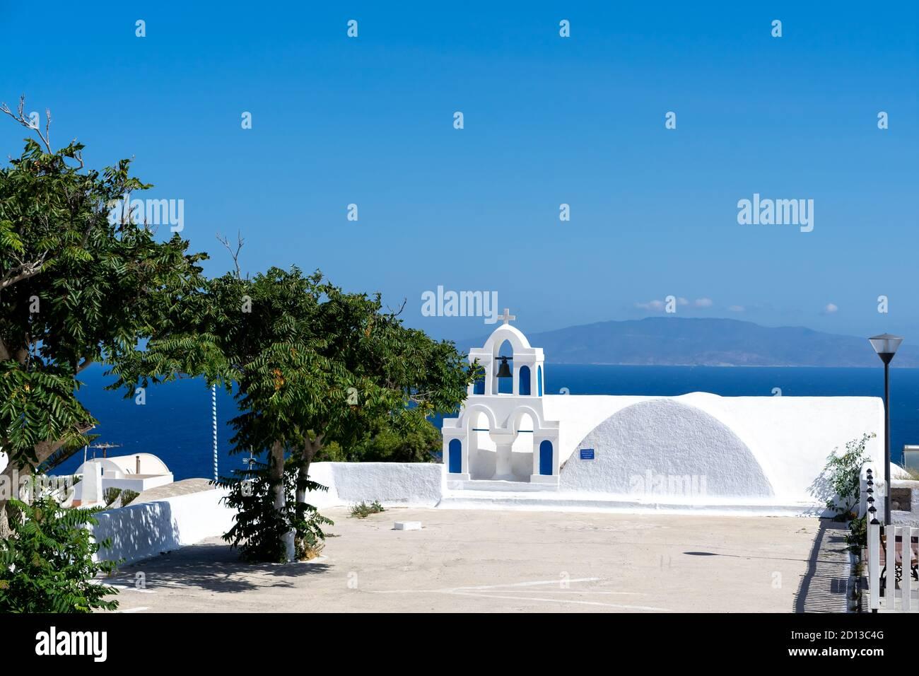 Détail typique d'un clocher d'une église blanche orthodoxe dans le village d'Oia, santorini, cyclades, Grèce. Banque D'Images