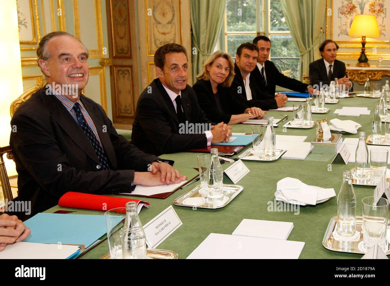 France's President Nicolas Sarkozy (2nd L) and Culture Minister Frederic Mitterrand (L) attend a meeting with the Council for Artistic Creation at the Elysee Palace in Paris September 9, 2009.   REUTERS/Benoit Tessier   (FRANCE POLITICS ENTERTAINMENT) Banque D'Images