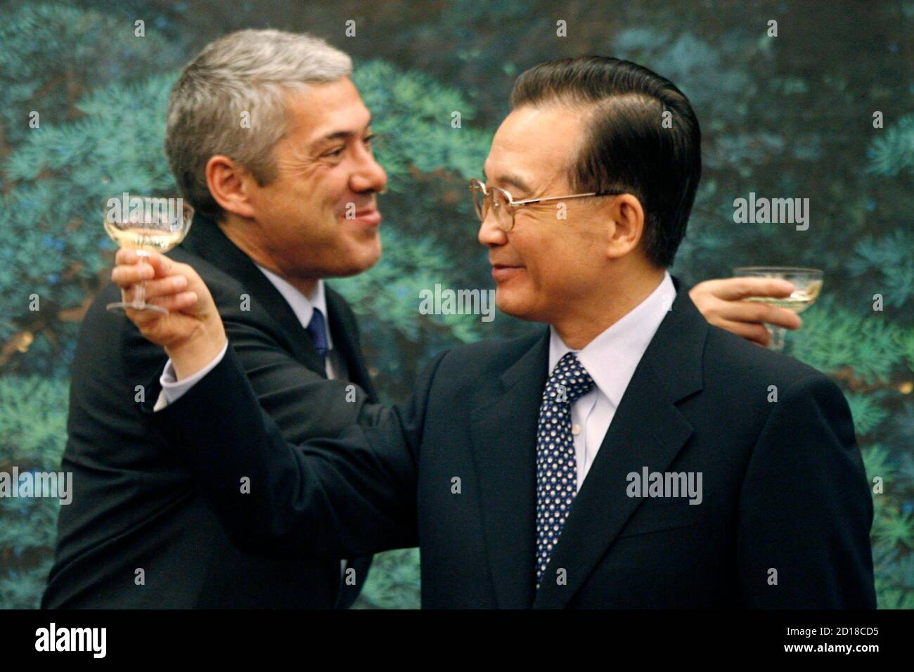 China's Prime Minister Wen Jiabao (R) and his visiting Portuguese counterpart Jose Socrates toast after witnessing a bilateral agreements signing ceremony at the Great Hall of the People in Beijing January 31, 2007.  REUTERS/Claro Cortes IV   (CHINA) Banque D'Images