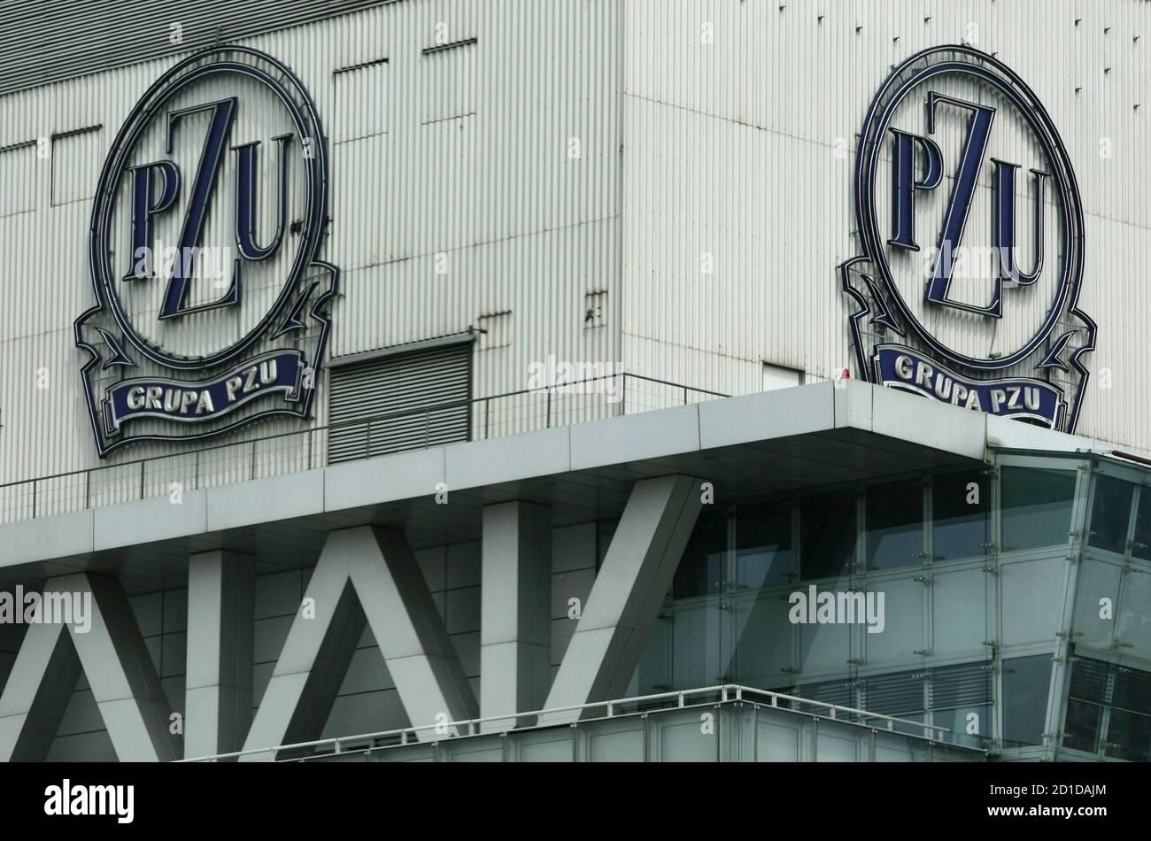 Les logos de PZU sont visibles sur leur siège au centre de Varsovie le 10 mai 2010. Le plus grand groupe d'assurance de Pologne PZU sera lancé sur la bourse de Varsovie le mercredi 12 mai, complétant la plus grande offre publique initiale (IPO) d'Europe cette année pour une valeur d'environ 2.7 milliards de dollars. REUTERS/Kacper Pempel (POLOGNE - Tags: AFFAIRES) Banque D'Images