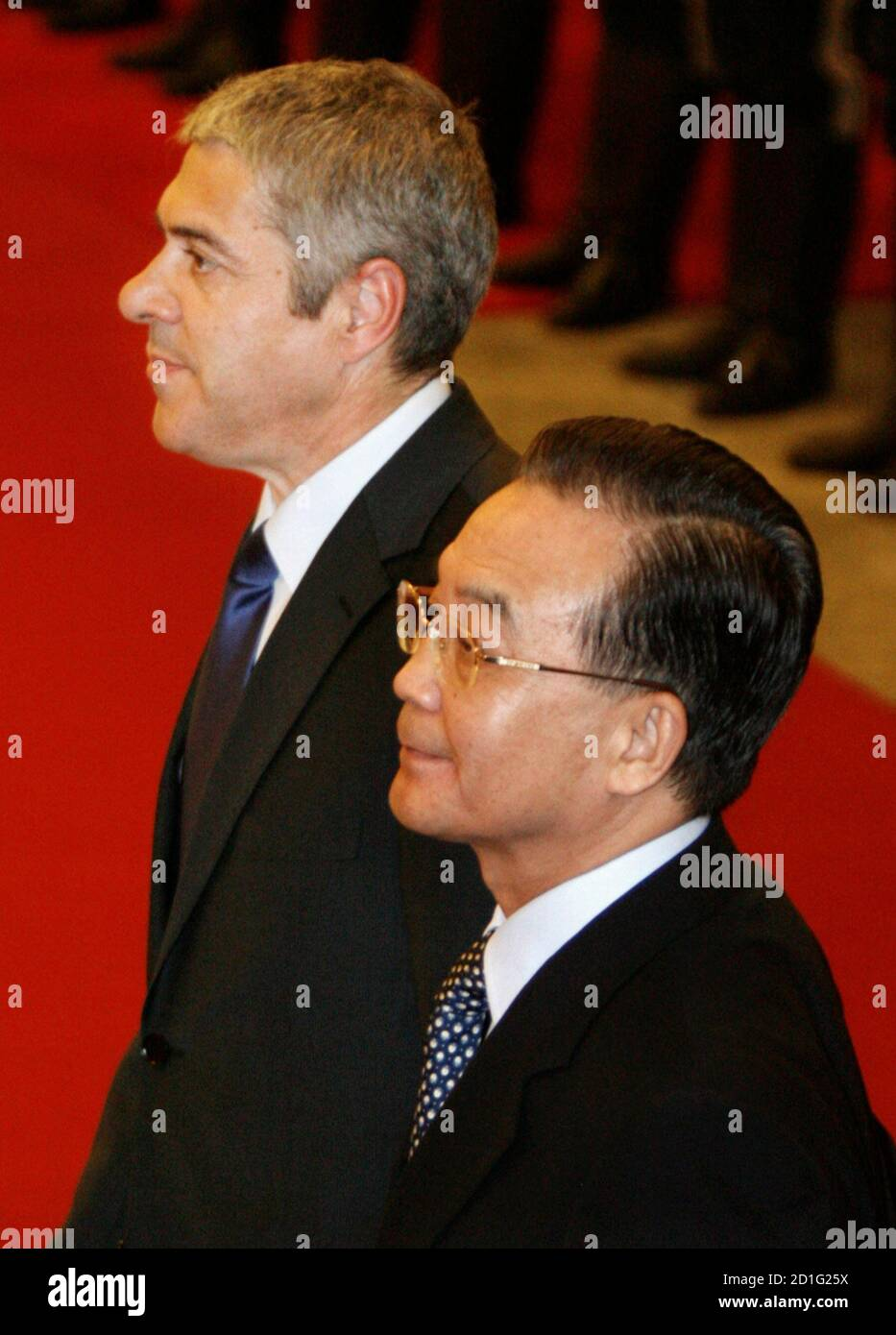 Chinese Prime Minister Wen Jiabao and visiting Portuguese counterpart Jose Socrates (L) review the honour guard during a welcoming ceremony at the Great Hall of the People in Beijing, January 31, 2007.  REUTERS/Claro Cortes IV   (CHINA) Banque D'Images