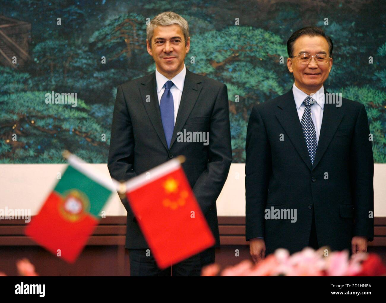 China's Prime Minister Wen Jiabao (R) and visiting Portuguese counterpart Jose Socrates wait for the bilateral agreement signing ceremony at the Great Hall of the People in Beijing January 31, 2007.  REUTERS/Claro Cortes IV   (CHINA) Banque D'Images