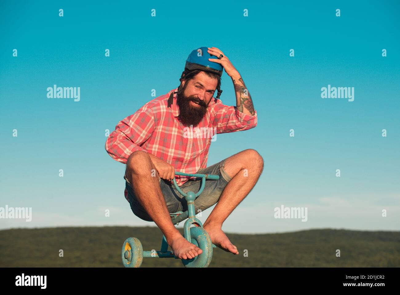 Guy tricycle d'équitation pour enfants. Vélo rider drôle. Comic man à vélo. Banque D'Images