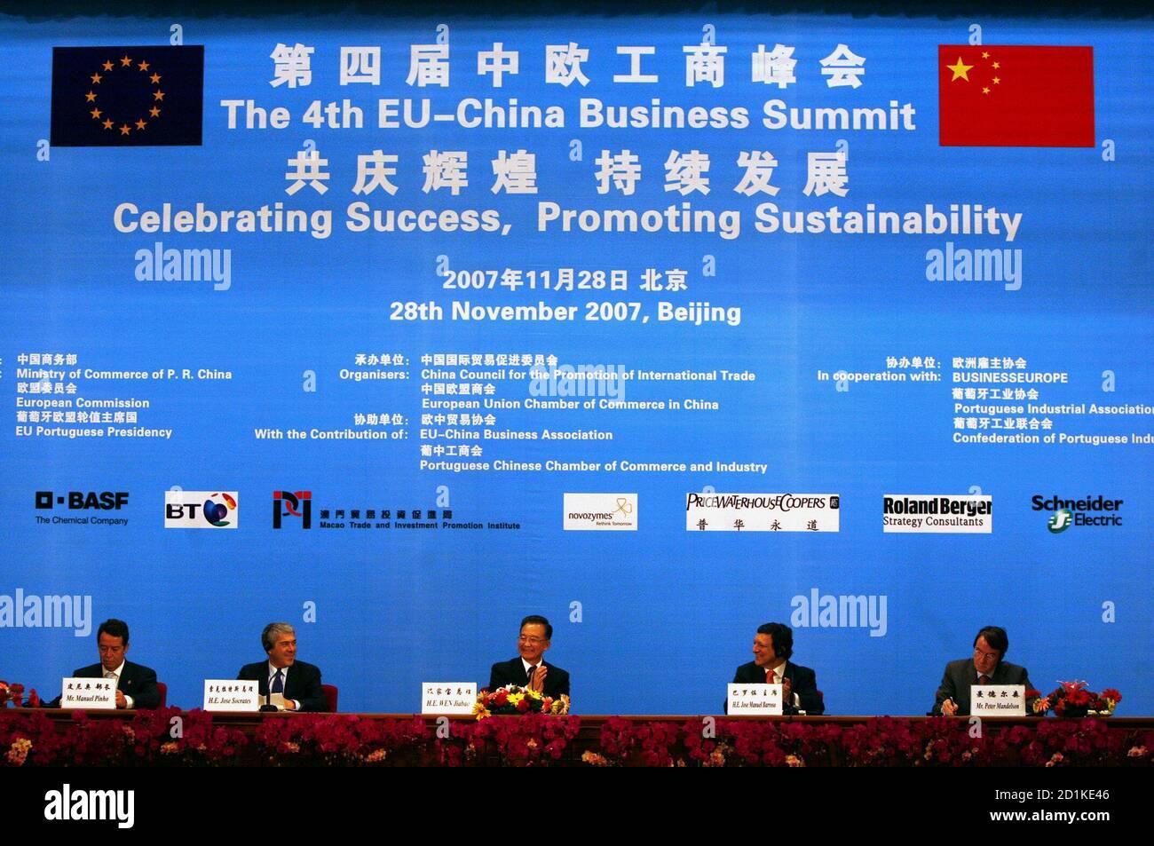 Le Premier ministre chinois Wen Jiabao (C) s'oppose à ce qu'il siège entre le Premier ministre portugais et le président de l'Union européenne José Socrates (2e L) et le président de la Commission européenne Jose Manuel Barroso (2e R) Lors de la cérémonie de clôture du 4ème Sommet des affaires Union européenne-Chine dans la Grande salle du peuple à Beijing le 28 novembre 2007. Le ministre portugais de l'économie Manuel Pinho (L) et le commissaire européen au commerce Peter Mandelson (R) y regardent. REUTERS/David Gray (CHINE) Banque D'Images