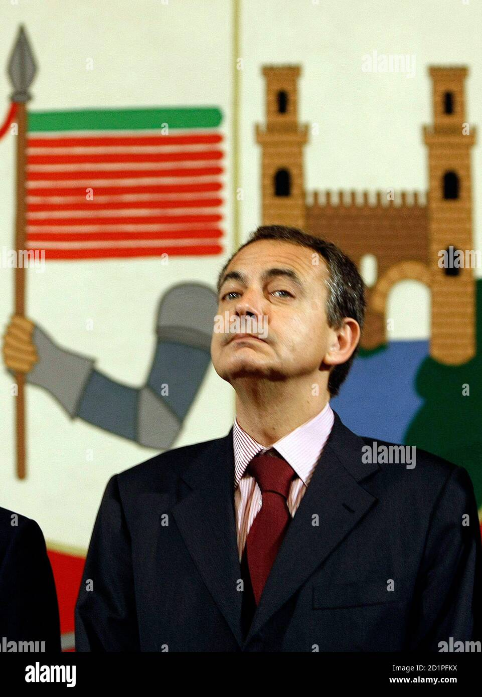 Spain's Prime Minister Jose Luis Rodriguez Zapatero looks around during his visit to Zamora's city hall along with his Portuguese counterpart Jose Socrates, at the Spain-Portugal summit January 22, 2009.  REUTERS/Sergio Perez (SPAIN) Banque D'Images