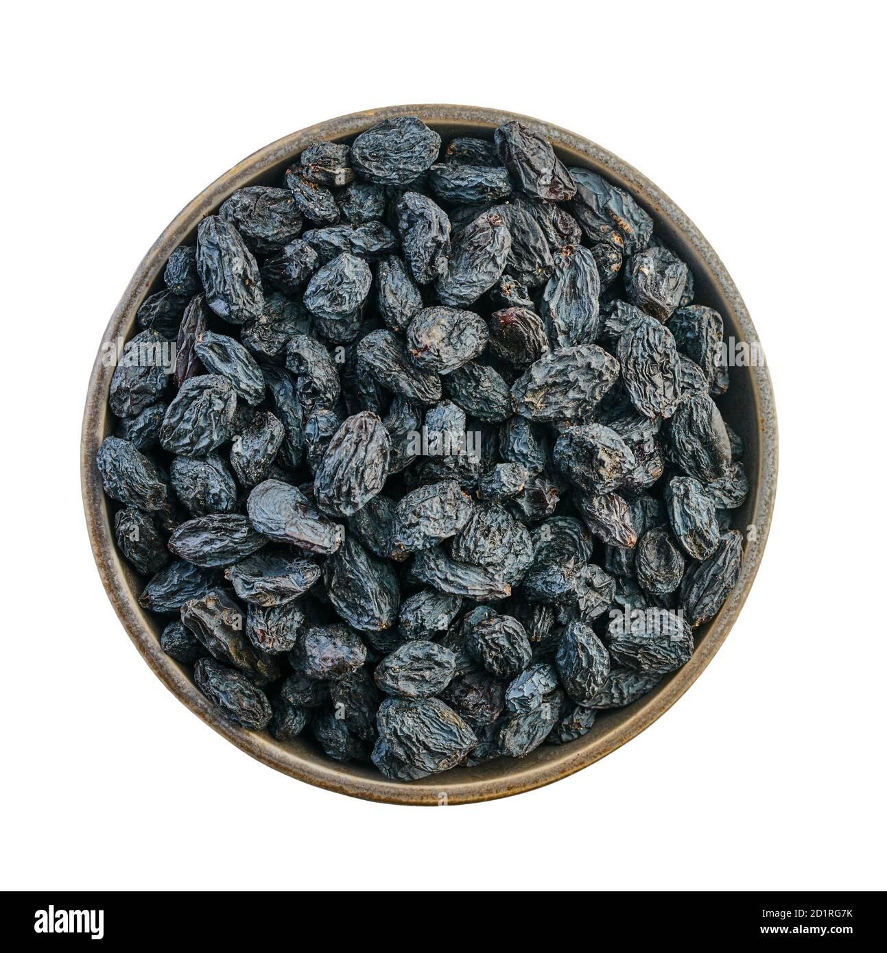 raisins secs dans un bol avec passe-cheveux sur fond blanc isolé Banque D'Images