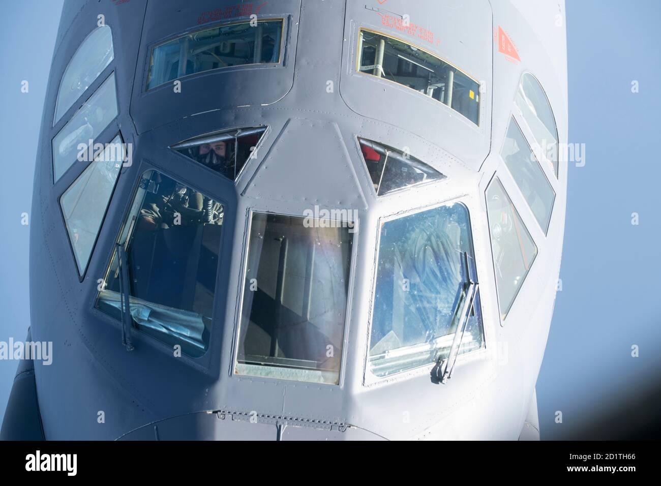 Un pilote de la Force aérienne américaine B-52H Stratofortress, affecté à la 5e Escadre Bomb de la base aérienne de Minot, Dakota du Nord, observe le boom du ravitaillement avant d'entrer en contact avec un KC-135 Stratotanker de la 100e Escadre du ravitaillement en carburant, RAF Mildenhall, Angleterre, Au-dessus de la mer Méditerranée à l'appui d'une mission de la Force opérationnelle pour bombardiers en Europe, 16 septembre 2020. Les Stratotankers sont déployés à RAF Fairford, en Angleterre, pour soutenir une formation conjointe et combinée avec les alliés et partenaires des États-Unis. (É.-U. Photo de la Force aérienne par Jennifer Zima) Banque D'Images