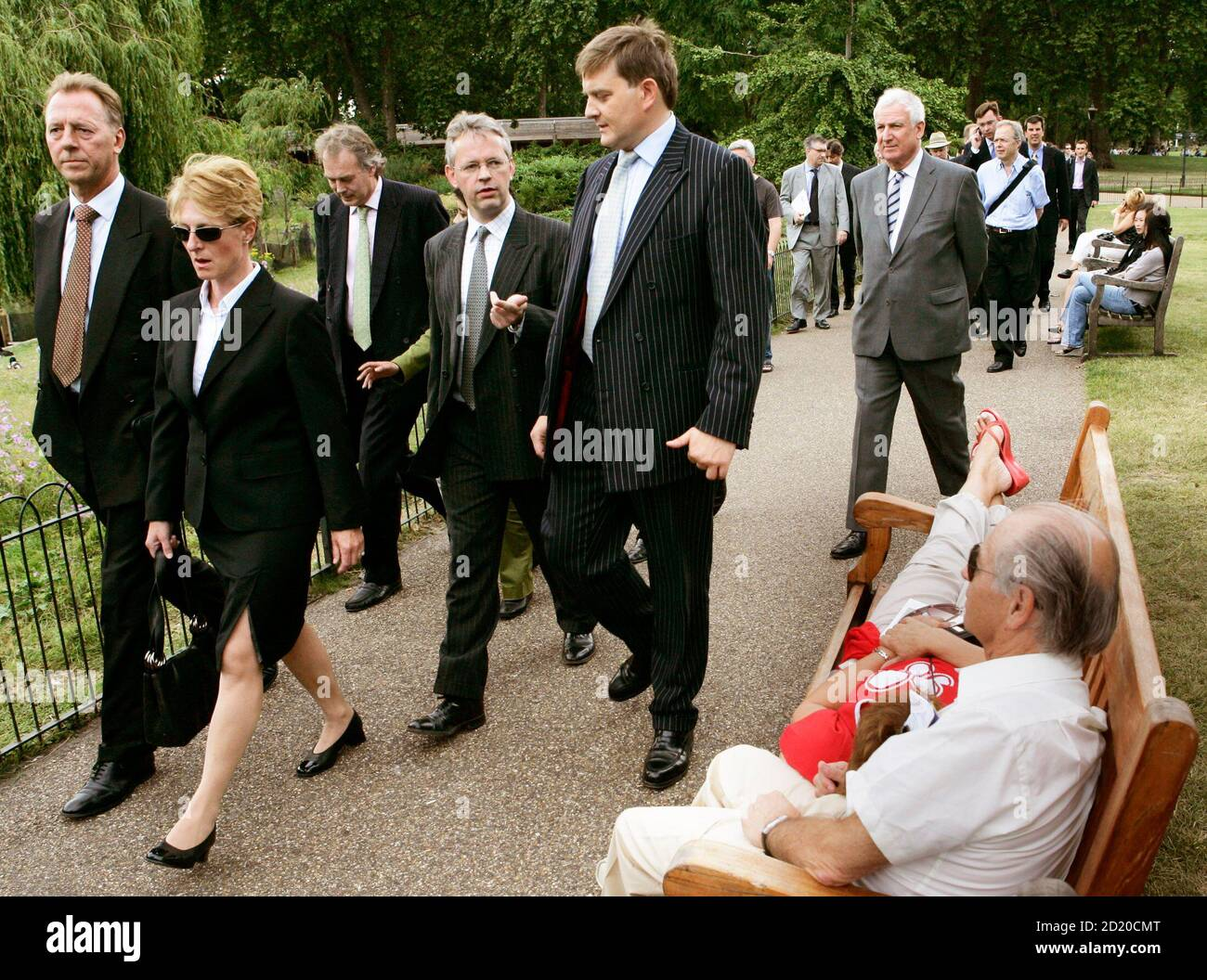 Former Natwest banker David Bermingham (4th L) is seen before marching to the UK Home Office headquarters in London, June 29, 2006. Three bankers face extradition to the United States in a matter of days to face Enron-related fraud charges that could force them to sell their houses to cover legal costs, one of the three said on Wednesday. Bermingham, one of the former Natwest bankers, said they were now resigned to being extradited after battling for more than a year to have their case investigated in Britain. REUTERS/David Moir (BRITAIN) Banque D'Images