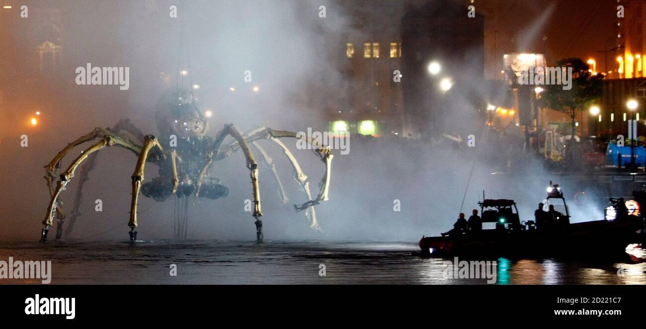 Une araignée mécanique géante, qui fait partie d'un « théâtre gratuit » de la société française la machine, intitulé « les Mecaniques Servants », est descendue dans le quai de Salthouse à Liverpool, le 5 septembre 2008. L'araignée de 37 tonnes, qui mesure 50 pieds (15 mètres), est située à Liverpool dans la capitale européenne des célébrations culturelles de la ville. REUTERS/Phil Noble (GRANDE-BRETAGNE) Banque D'Images