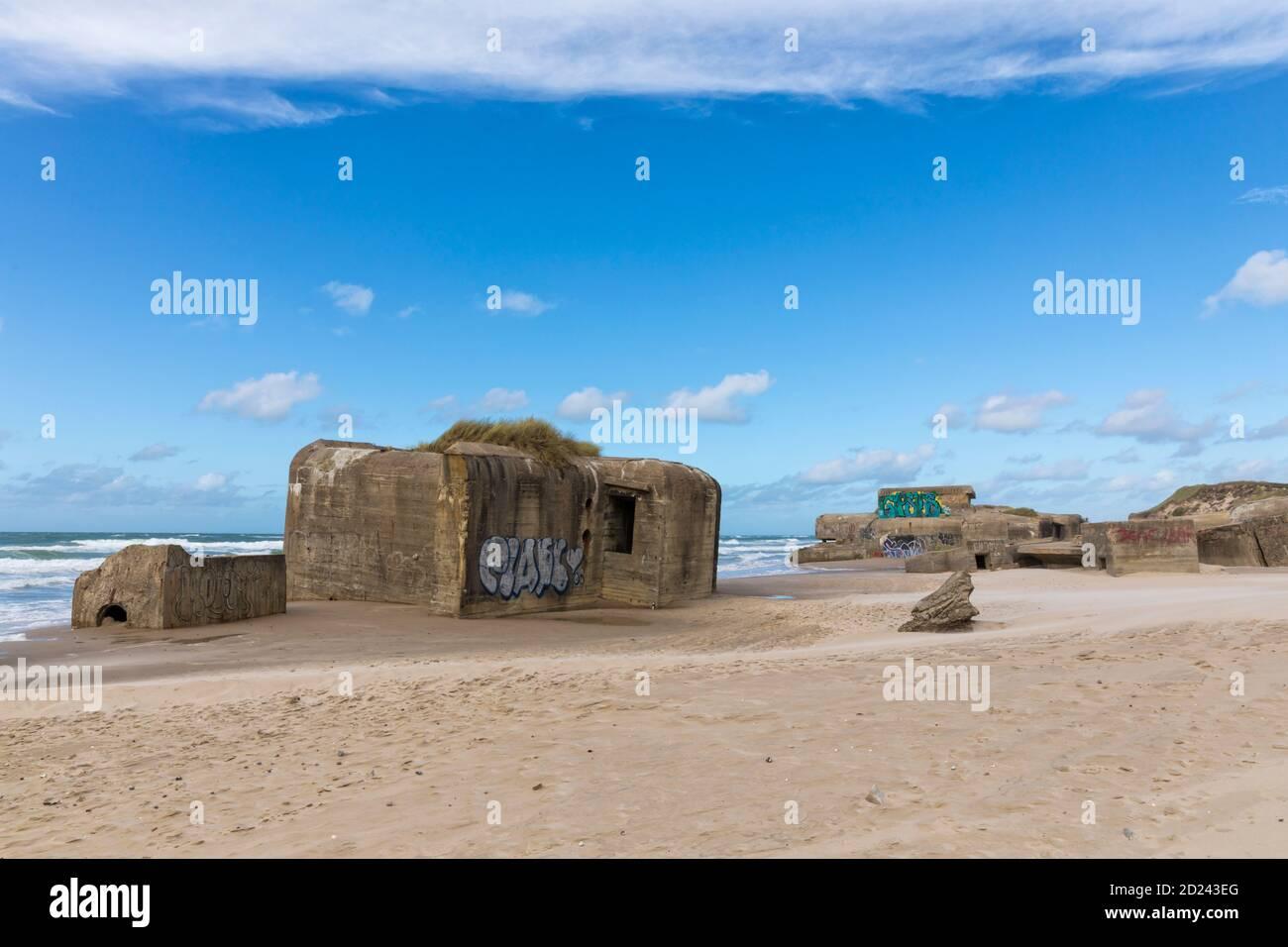 Vestiges de la Seconde Guerre mondiale, partie du mur de l'Atlantique, sur la plage de la mer du Nord de Løkken, au Danemark Banque D'Images